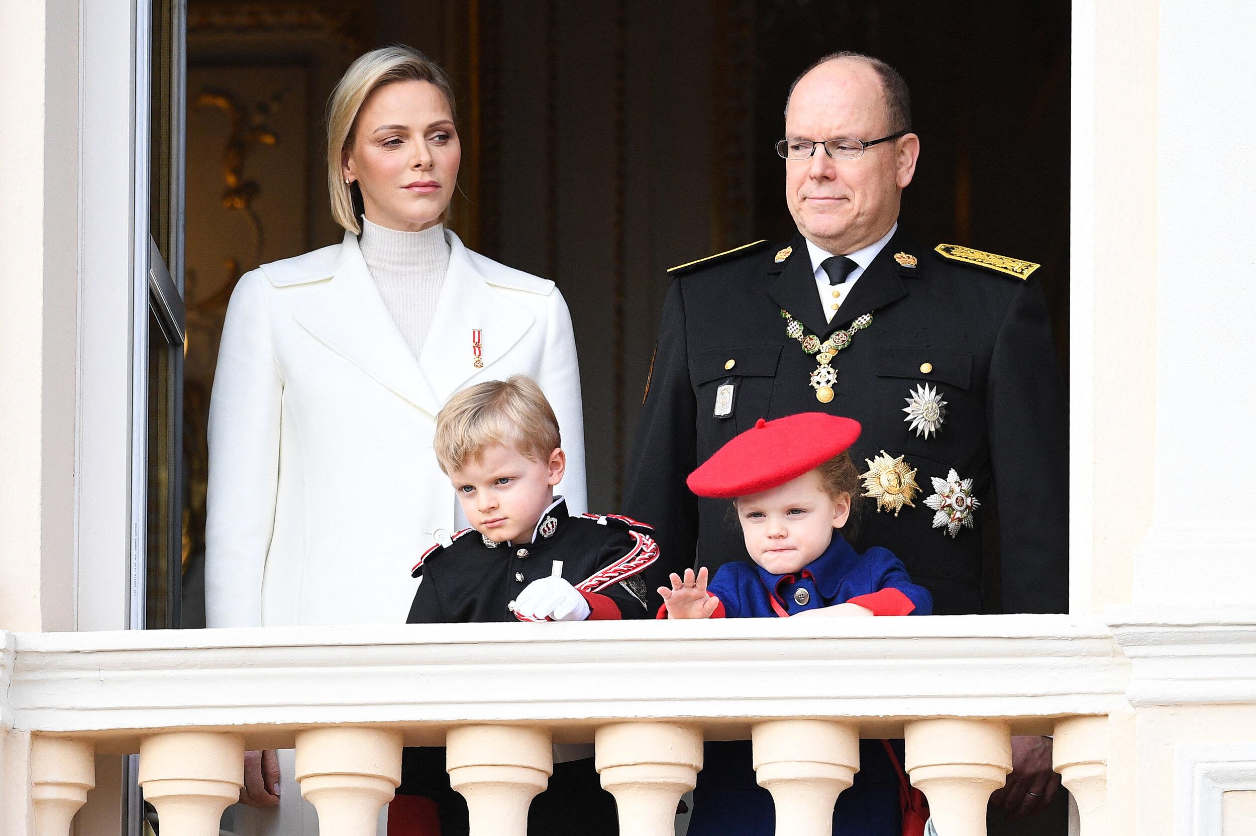 Grüße vom Palastbalkon: Prinz Jacques und Prinzessin Gabriella winken dem Volk.  © picture alliance / abaca