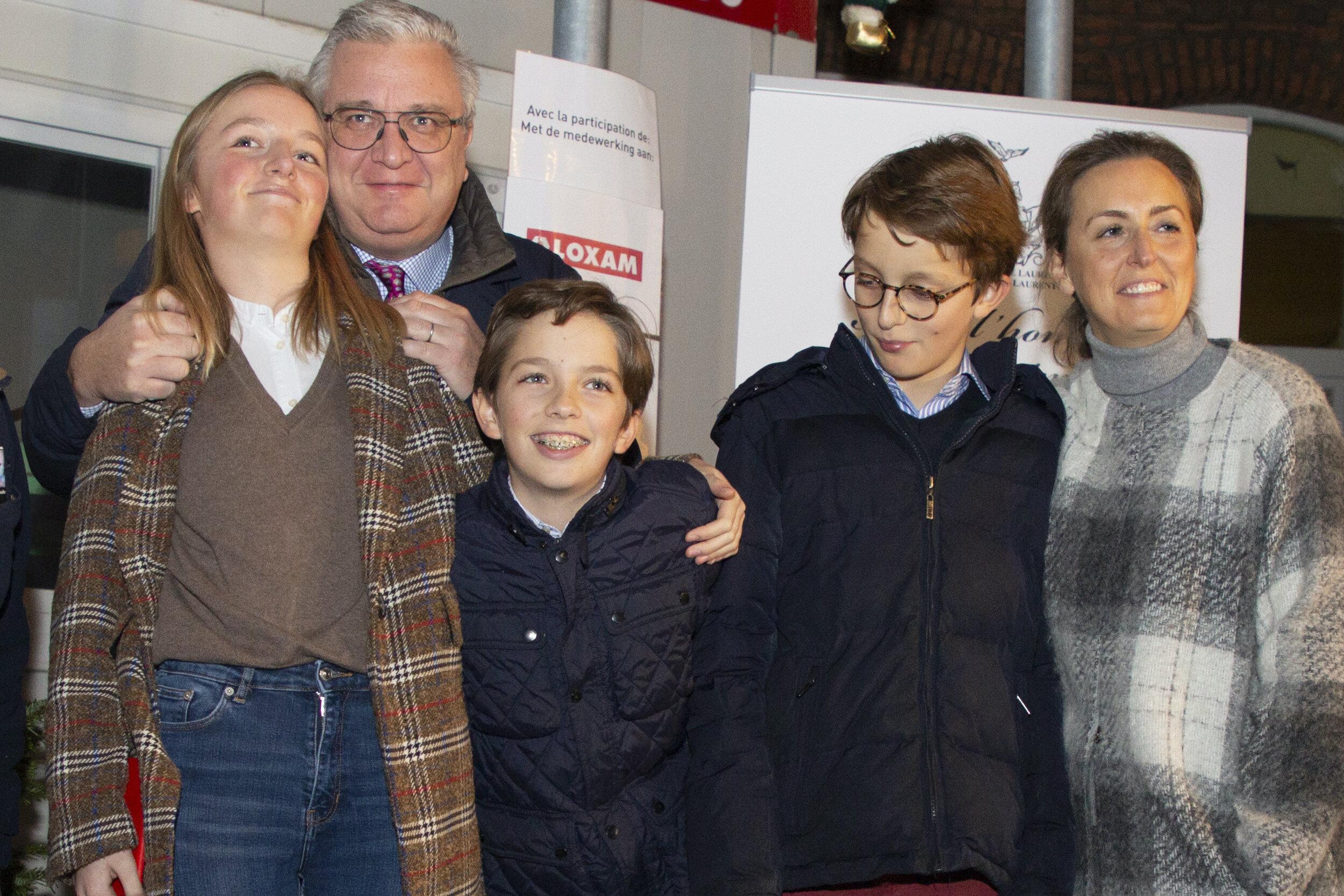 Prinz Laurent und seine Frau Prinzessin Claire mit Tochter Louise und den Söhnen Aymeric und Nicolas (r.). © picture alliance/Hatim Kaghat/BELGA/dpa