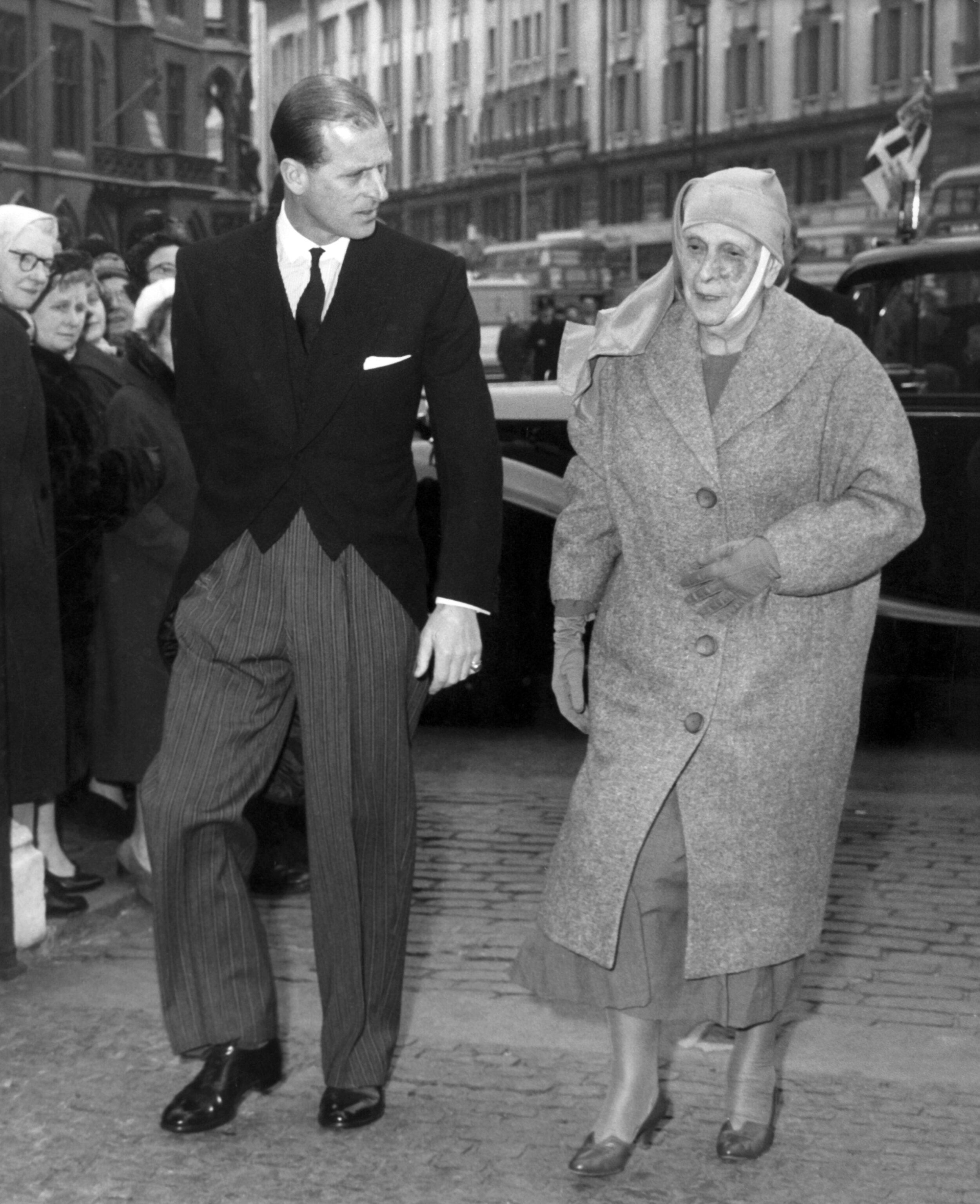 1948 legte Alice von Battenberg ihren Titel ab und gründete in Griechenland den Nonnenorden Maria und Martha. 1967 zwang sie ein Militärputsch dazu, das Land zu verlassen. Sie zog schließlich zu Prinz Philip und Queen Elizabeth in den Buckingham Palace. Am 5. Dezember 1969 starb sie im Alter von 84 Jahren. © dpa - Report