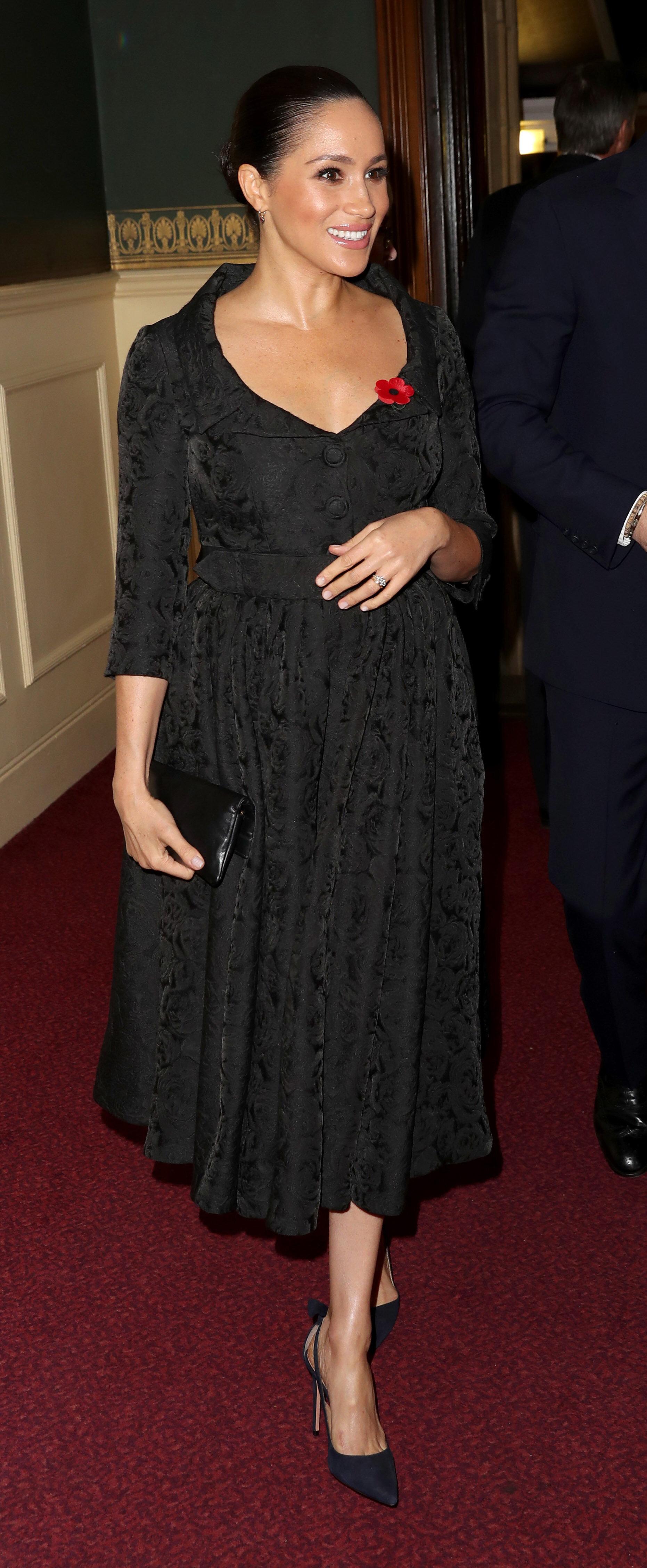 """Eindeutiger Beweis? Beim """"Royal British Legion Festival of Remembrance"""" legte Herzogin Meghan immer wieder die Hand auf ihren Bauch. Das tat sie auch in der Schwangerschaft mit Archie.  © picture alliance/AdMedia"""
