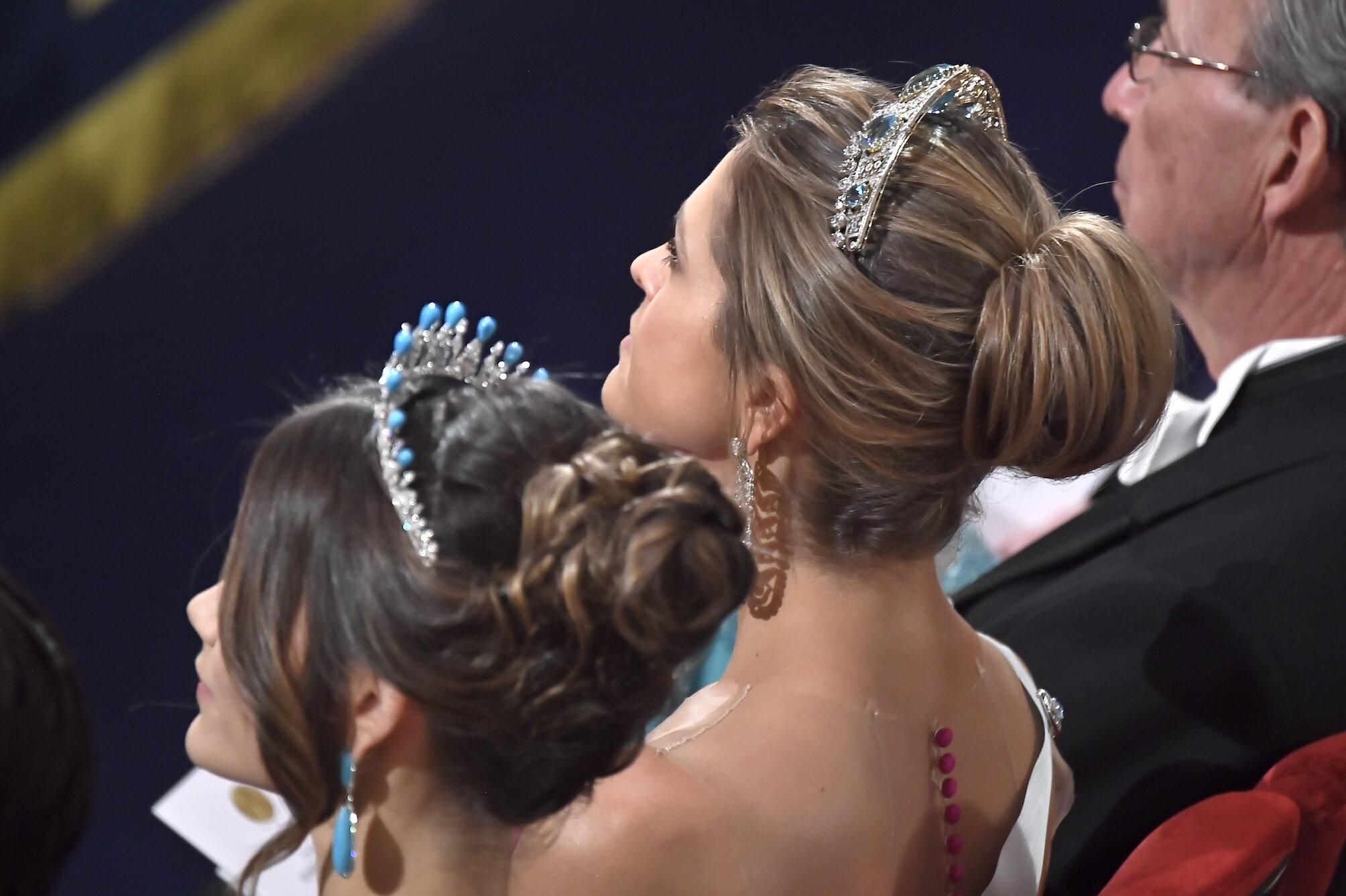 Auch ein schöner Rücken kann entzücken: Prinzessin Madeleine trägt eine auffällige Knopfleiste am Kleid.  ©picture alliance/TT NEWS AGENCY