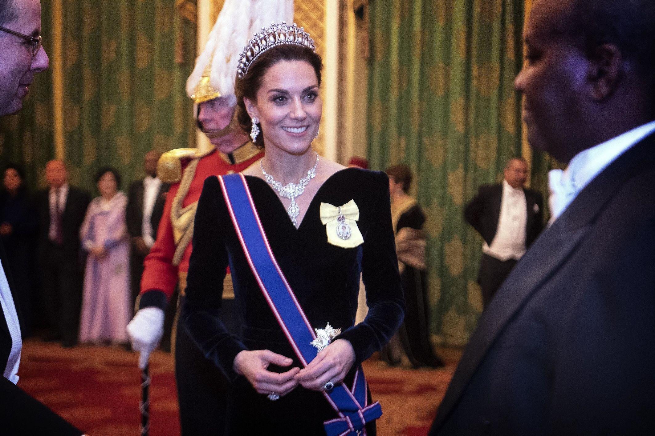 Herzogin Kate trägt die Lover's Knot Tiara, die 1914 für Queen Mary angefertigt wurde. Der Preis: Unermesslich.  © picture alliance / empic