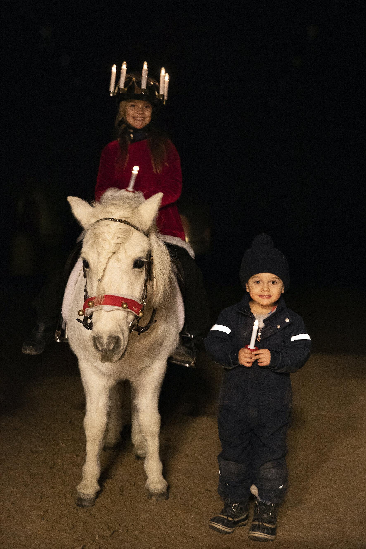 Prinzessin Estelle und Prinz Oscar wünschen ihren Landsleuten ein frohes Luciafest.  © Sara Friberg, Royal. Hovstaatna