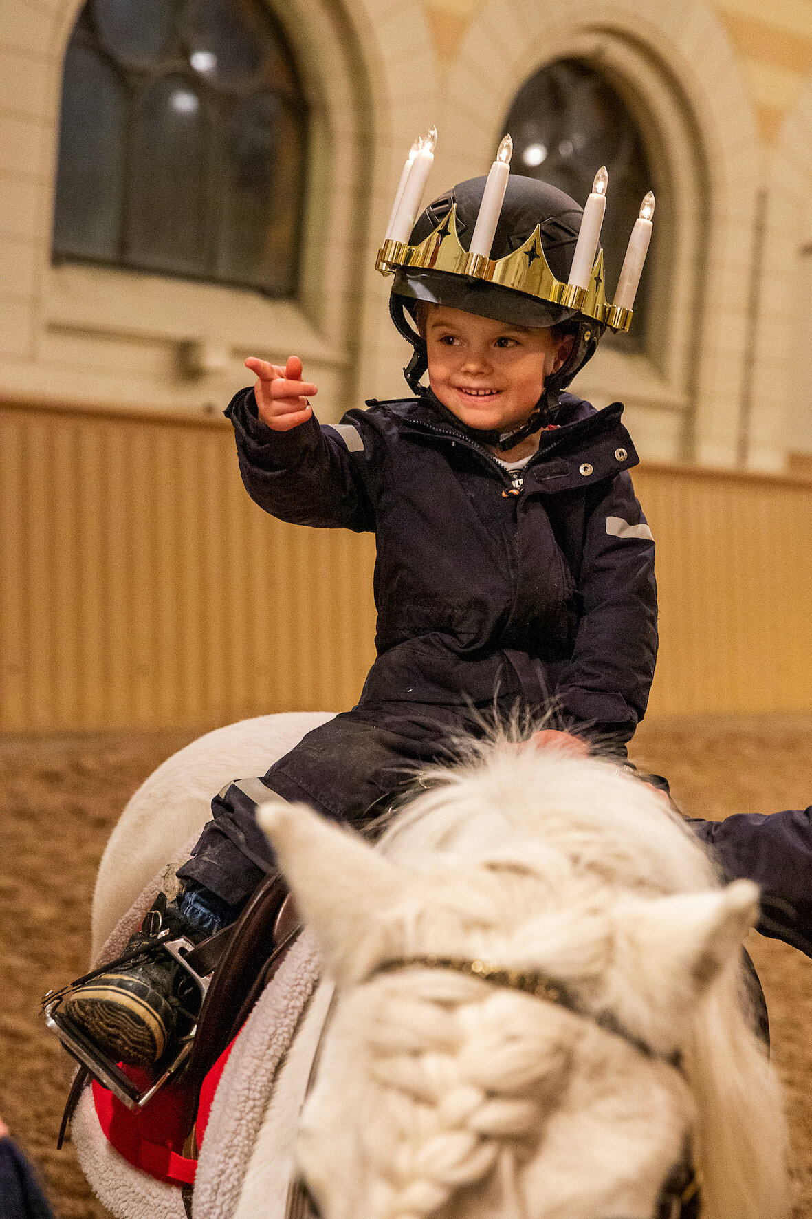Prinz Oscar strahlt: Er darf den Lichterkranz tragen.  © Sara Friberg, Royal. Hovstaatna