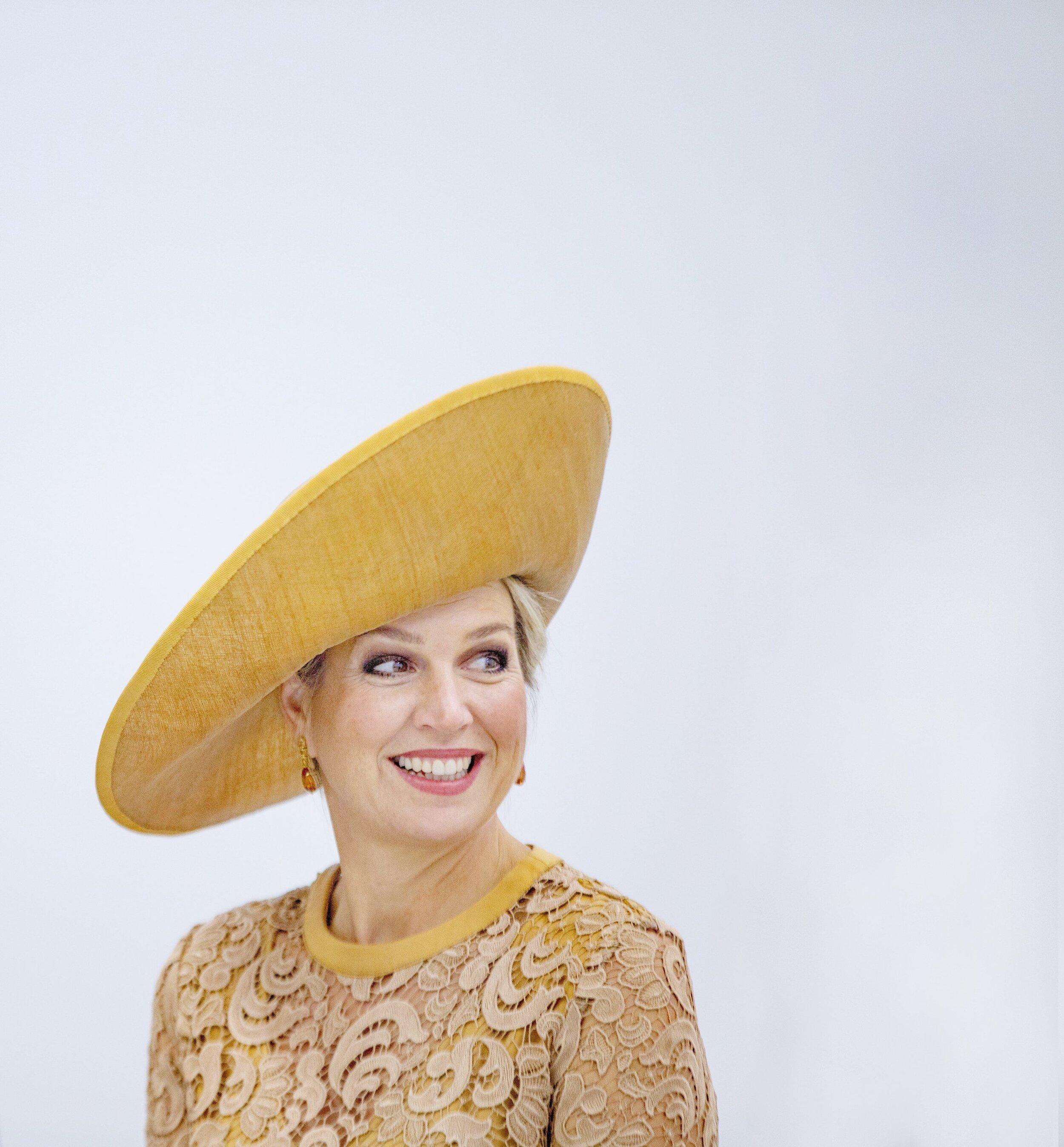 Königin Maxima trägt ihre schrägen Hüte immer auf der rechten Seite – aus unserer Perspektive links.  © picture alliance/RoyalPress Europe