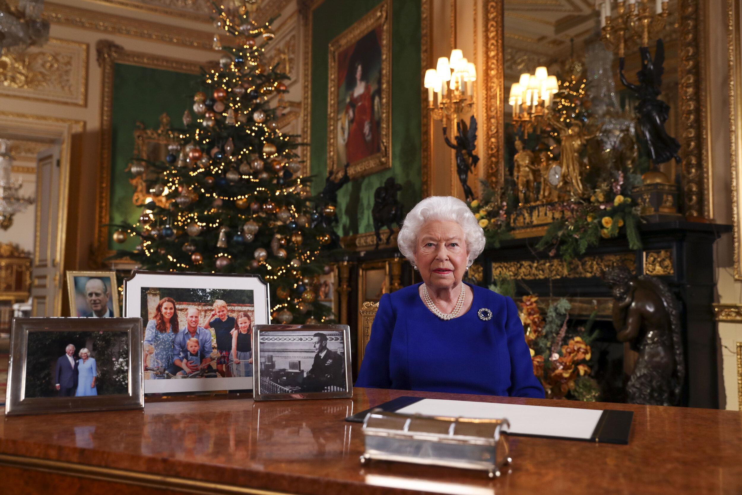 Es heißt, die Queen schätzt die Familienmitglieder besonders, deren Foto sie auf ihren Schreibtisch platziert. Ob das wirklich stimmt? Ein Foto von Prinzessin Anne sieht man nur selten auf dem Schreibtisch der Königin. Dennoch stehen sich Mutter und Tochter sehr nahe.  © picture alliance / empics