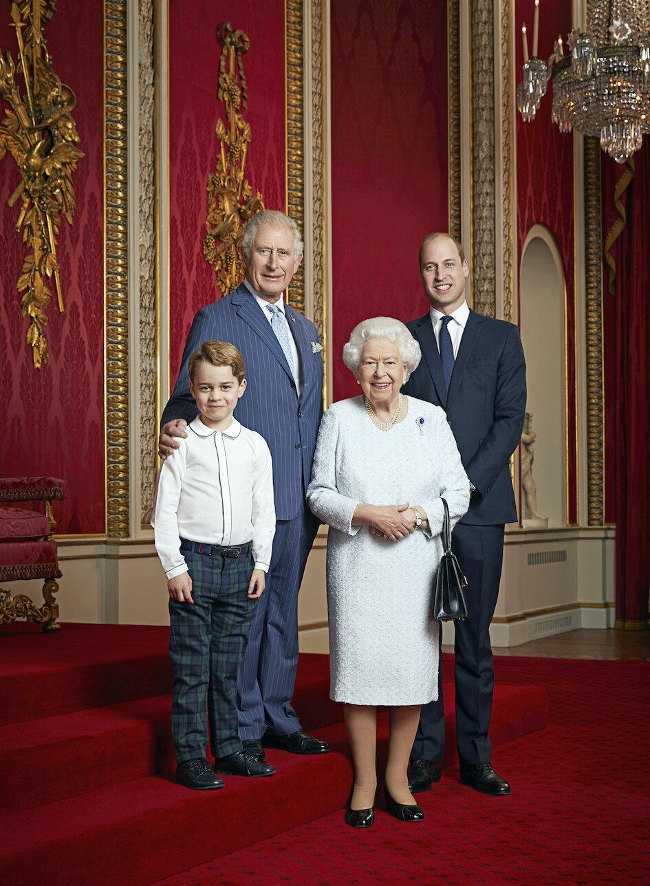Neues Foto: Queen Elizabeth posiert mit Sohn Prinz Charles, Enkel Prinz William und Urenkel Prinz George.  © picture alliance / empics