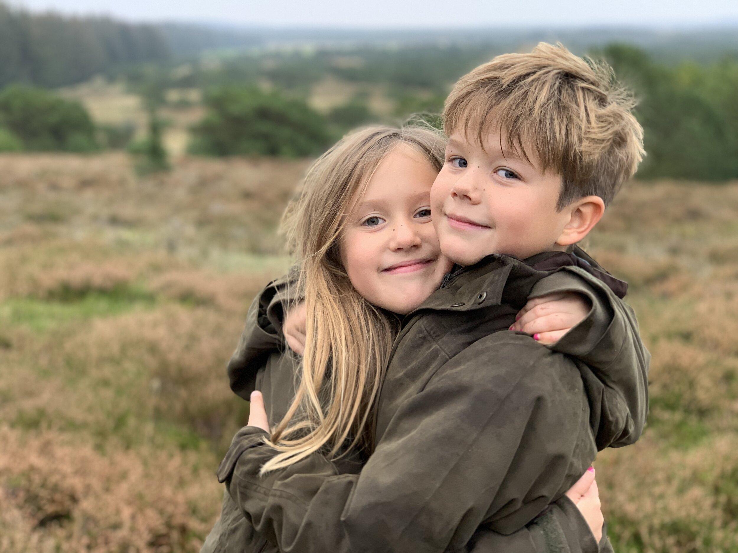 Prinzessin Josephine und Prinz Vincent sind ein Herz und eine Seele. Besonderes Detail: Die Tochter von Kronprinzessin Mary trägt mit neun Jahren schon pinken Nagellack.  © Kronprinzessin Mary