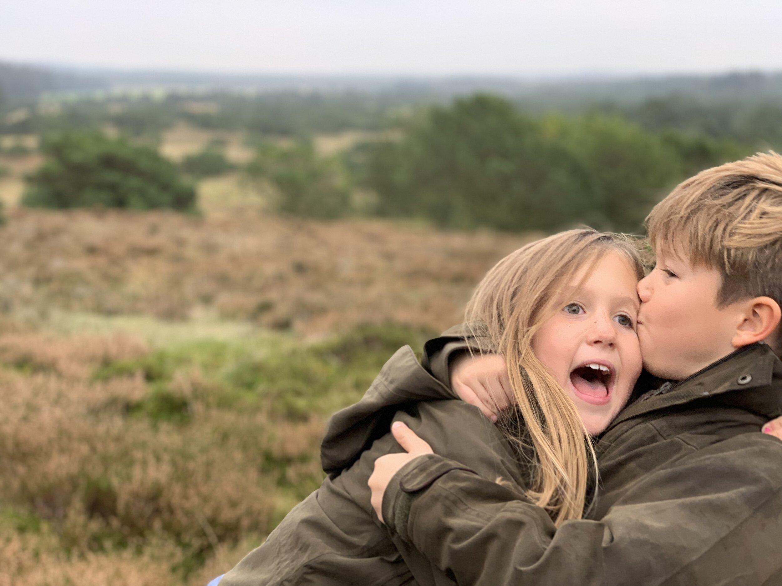 Prinz Vincent gibt seiner Schwester ein Küsschen. Josephine ist übrigens 26 Minuten jünger als ihr Bruder.  © Kronprinzessin Mary