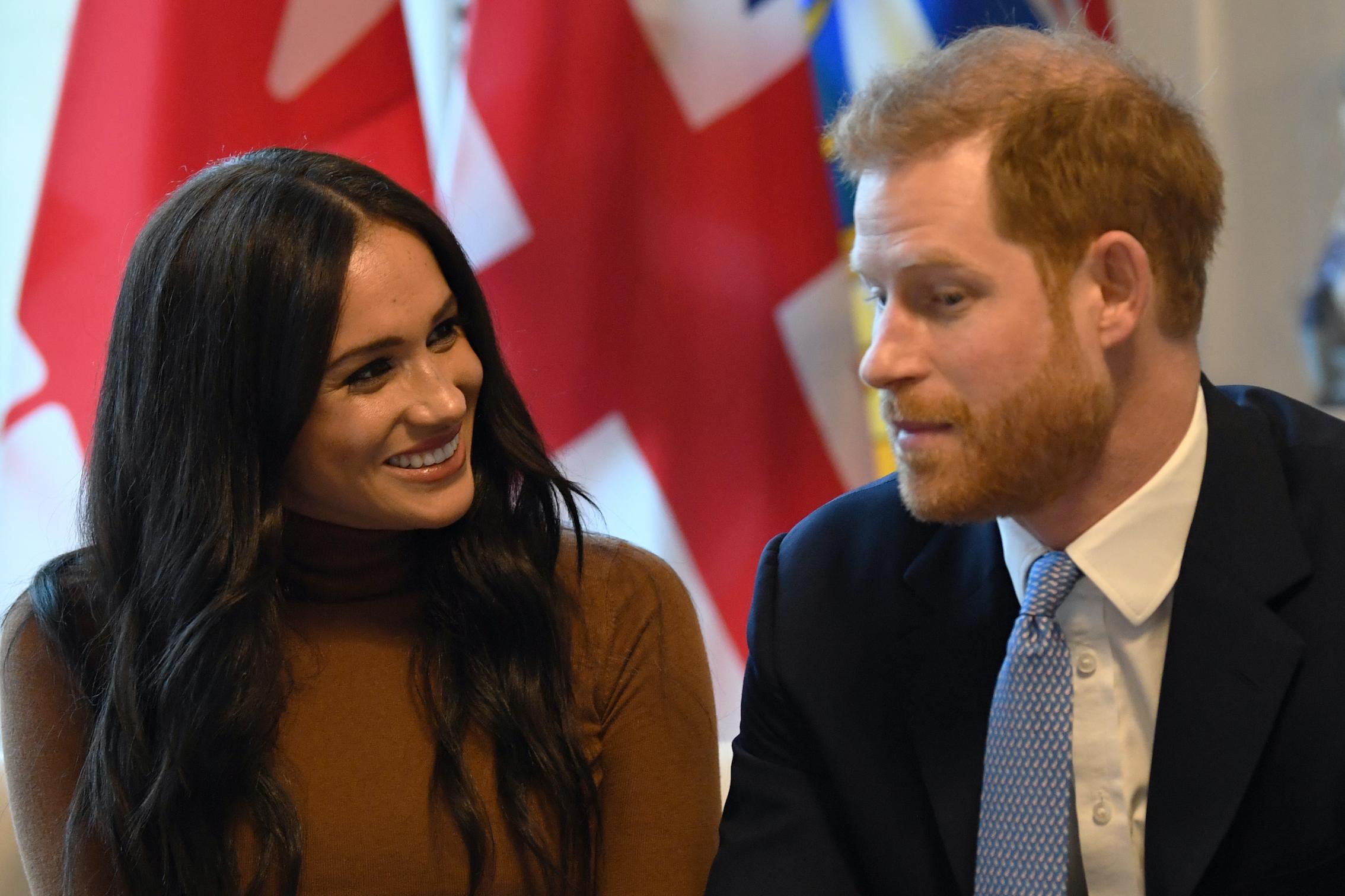 Herzogin Meghan und Prinz Harry ziehen sich von ihren royalen Pflichten, um eigene Projekte zu verfolgen.  © picture alliance / AP Images