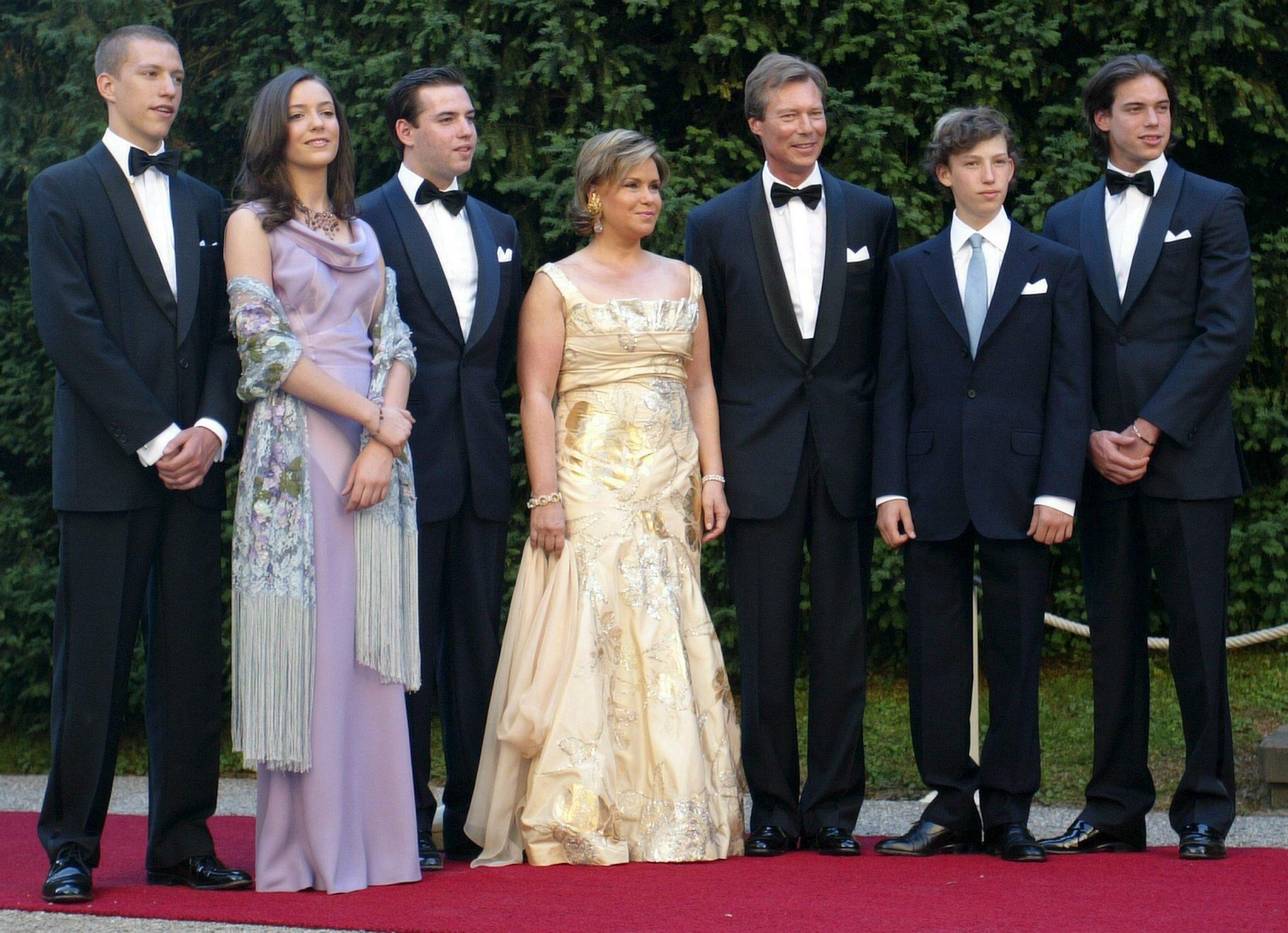 Eine richtige Großfamilie: Maria Teresa und Henri von Luxemburg mit ihren fünf Kindern. (Archivbild) © epa-Bildfunk