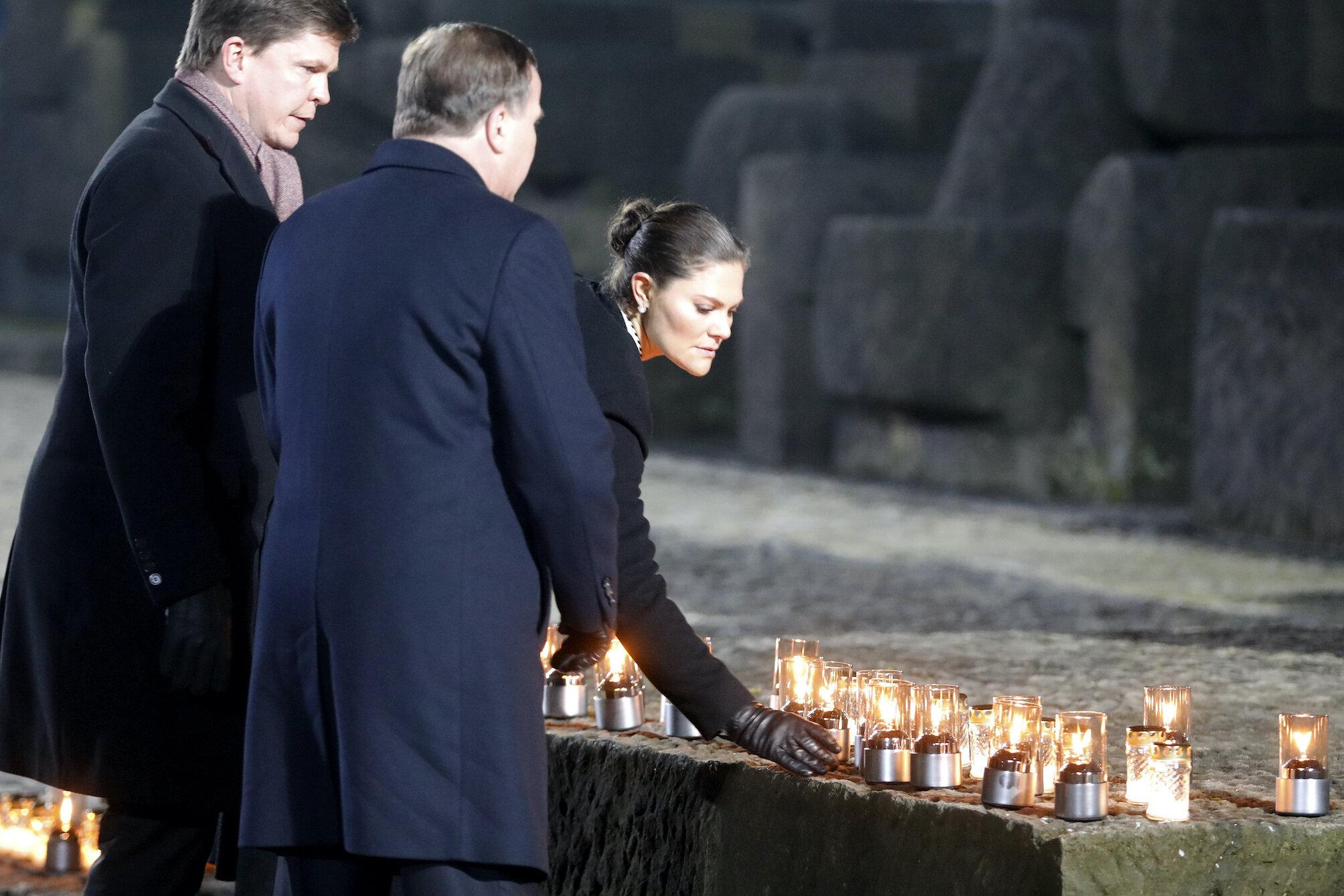 Emotionaler Augenblick: Kronprinzessin Victoria gedenkt den Opfern des Holocausts.  © picture alliance / AP Photo