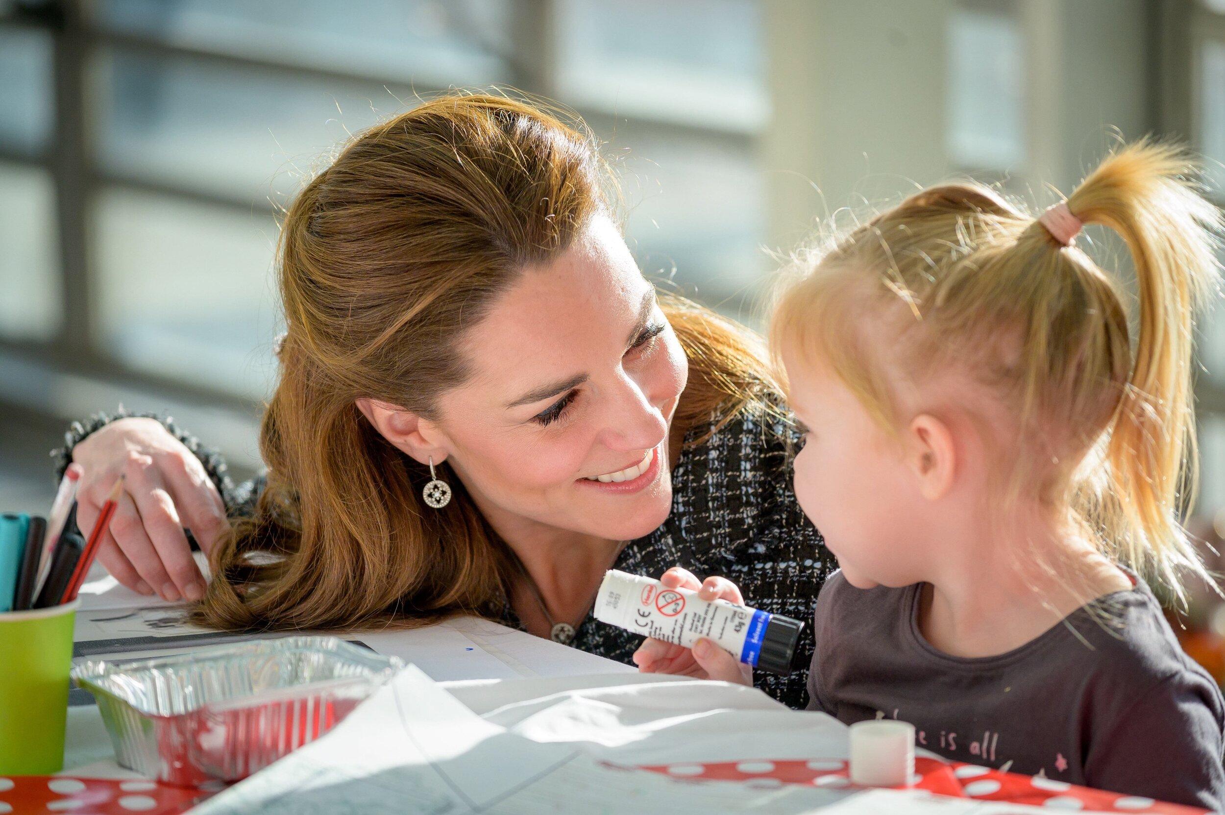 """""""Herzogin Herzlich"""": Kate bastelt mit einer kleinen Patientin im Krankenhaus.  © picture alliance / Photoshot"""