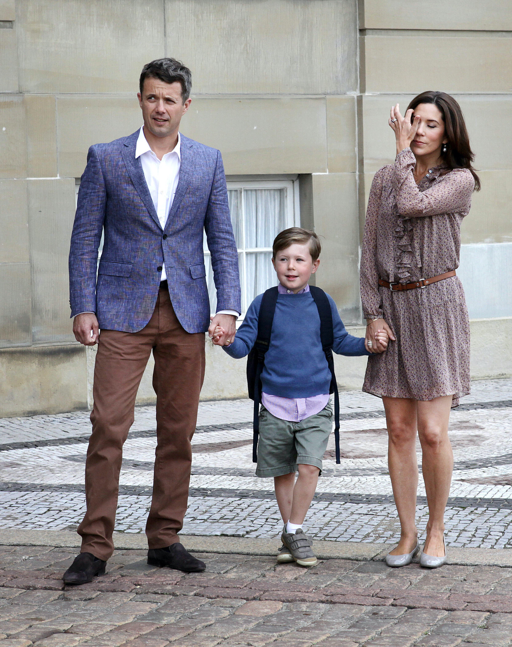Kronprinz Frederik und Kronprinzessin Mary begleiten ihren Sohn zum ersten Schultag. © dpa