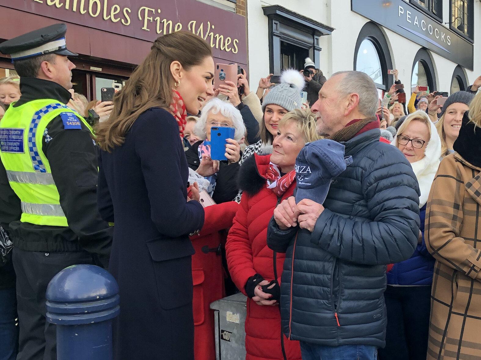 Herzogin Kate trifft vor einer Eisdiele ihre früheren Lehrer Denise Evans-Alford und Kevin Alford wieder.  © picture alliance / empics