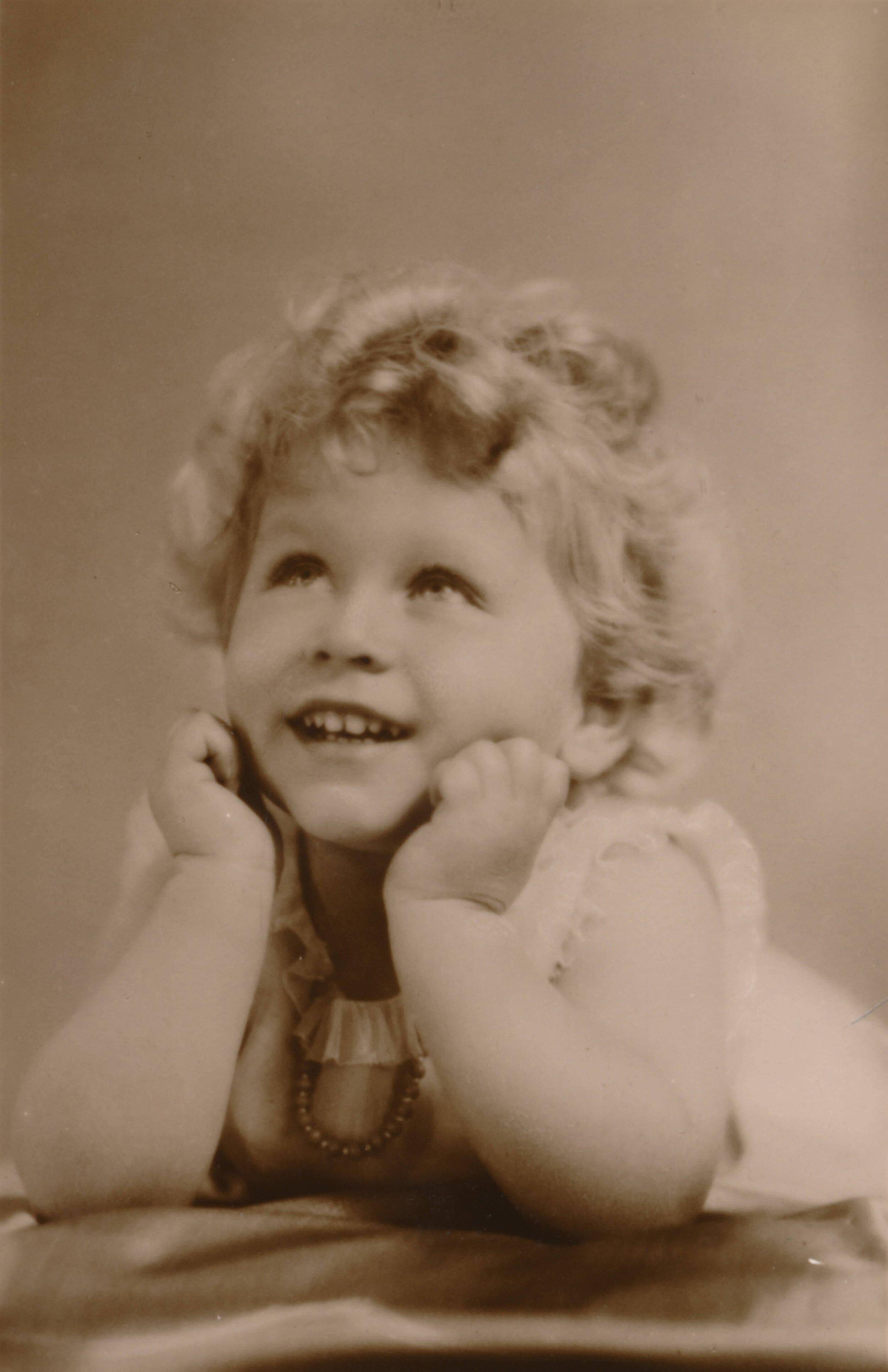 """Ein blonder Engel: Mit drei Jahren ist Elizabeth noch ein süßer Lockenkopf. Ihr Onkel Edward nennt sie deswegen spöttisch """"Shirley Temple"""" – eine Anspielung auf den damaligen Kinderstar. © picture alliance/Heritage-Images"""