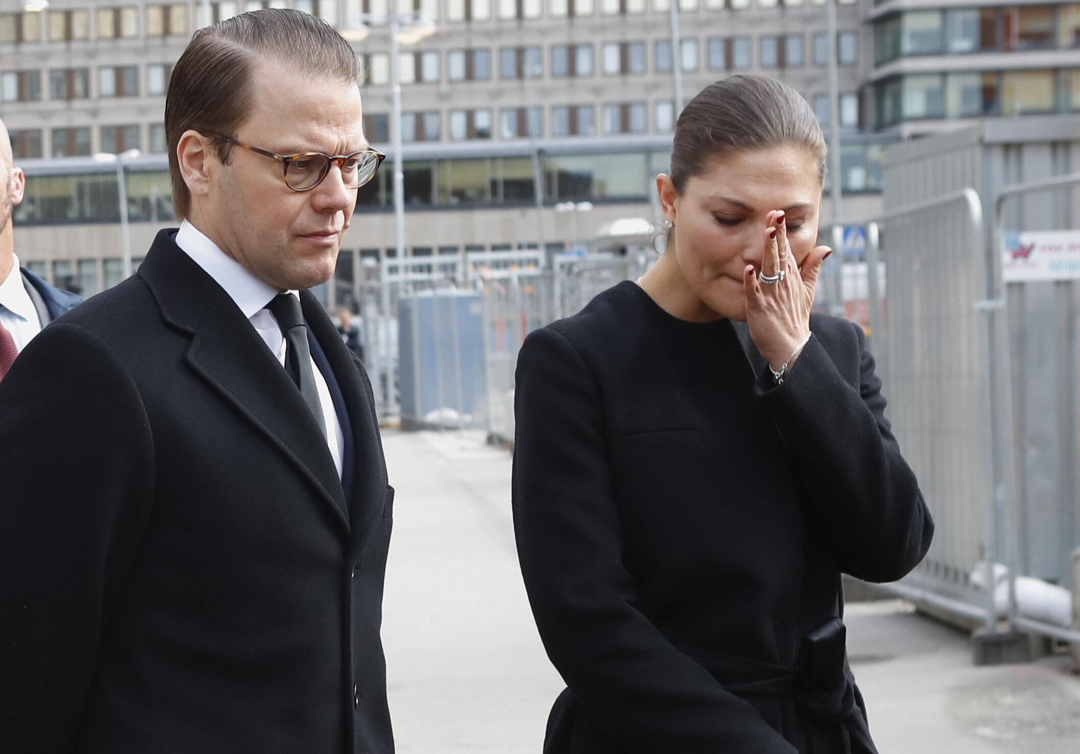 Fünf Menschen kamen ums Leben, als ein Lastwagen in eine Einkaufsstraße raste. Einen Tag später besuchten Kronprinzessin Victoria und Prinz Daniel die Unglücksstelle und zeigten sich tief bewegt.  © picture alliance / AP Photo