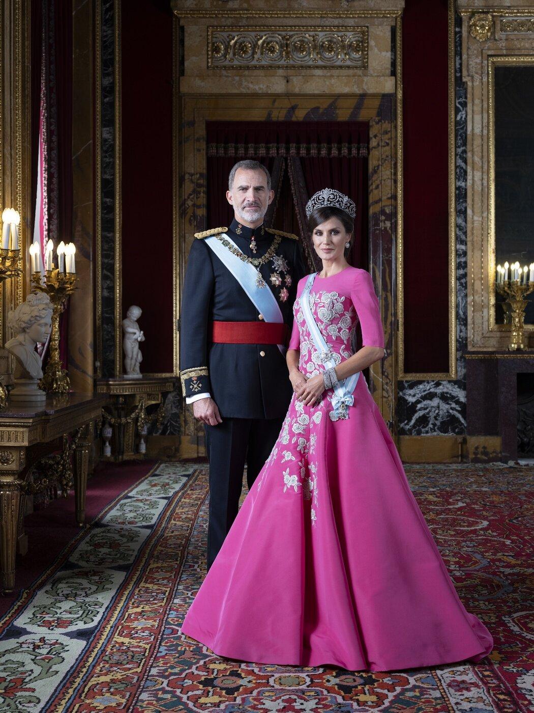 König Felipe und Königin Letizia posieren im Gala-Outfit im Palast.  © Casa de S.M. el Rey, Estela de Castro