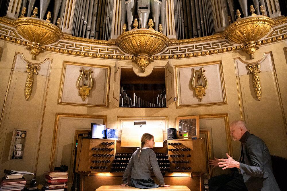 Organist Mattias Wagner erklärte Prinzessin Estelle spannende Details zu dem Instrument.  © Sara Friberg, Royal. Hovstaatna