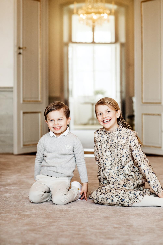 Grummelprinz war gestern! Prinz Oscar stiehlt seiner Schwester Prinzessin Estelle glatt die Show.  © Linda Broström Kungl. Hovstaatna