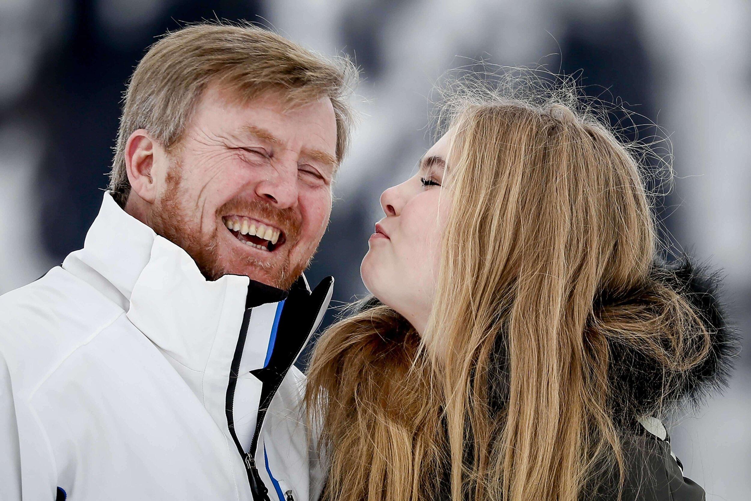 Prinzessin Amalia deutete einen Luftkuss an und brachte damit König Willem-Alexander zu Lachen. © picture alliance / ANP
