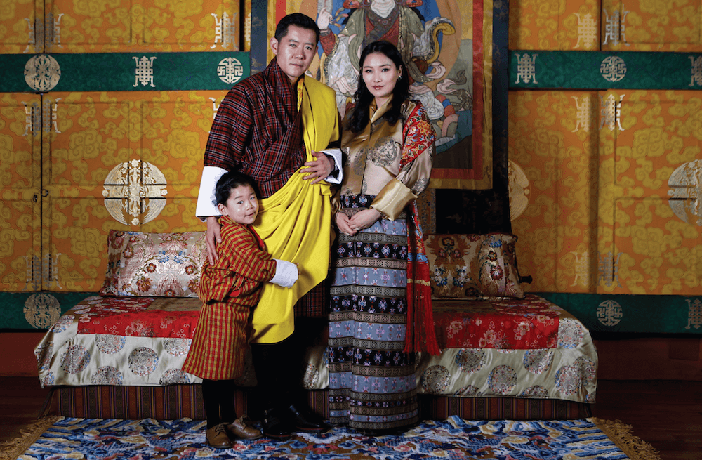 Ein letztes Familienfoto zu dritt: König Jigme und Königin Jetsun mit Drachenprinz Jigme.  © Royal Office of Bhutan