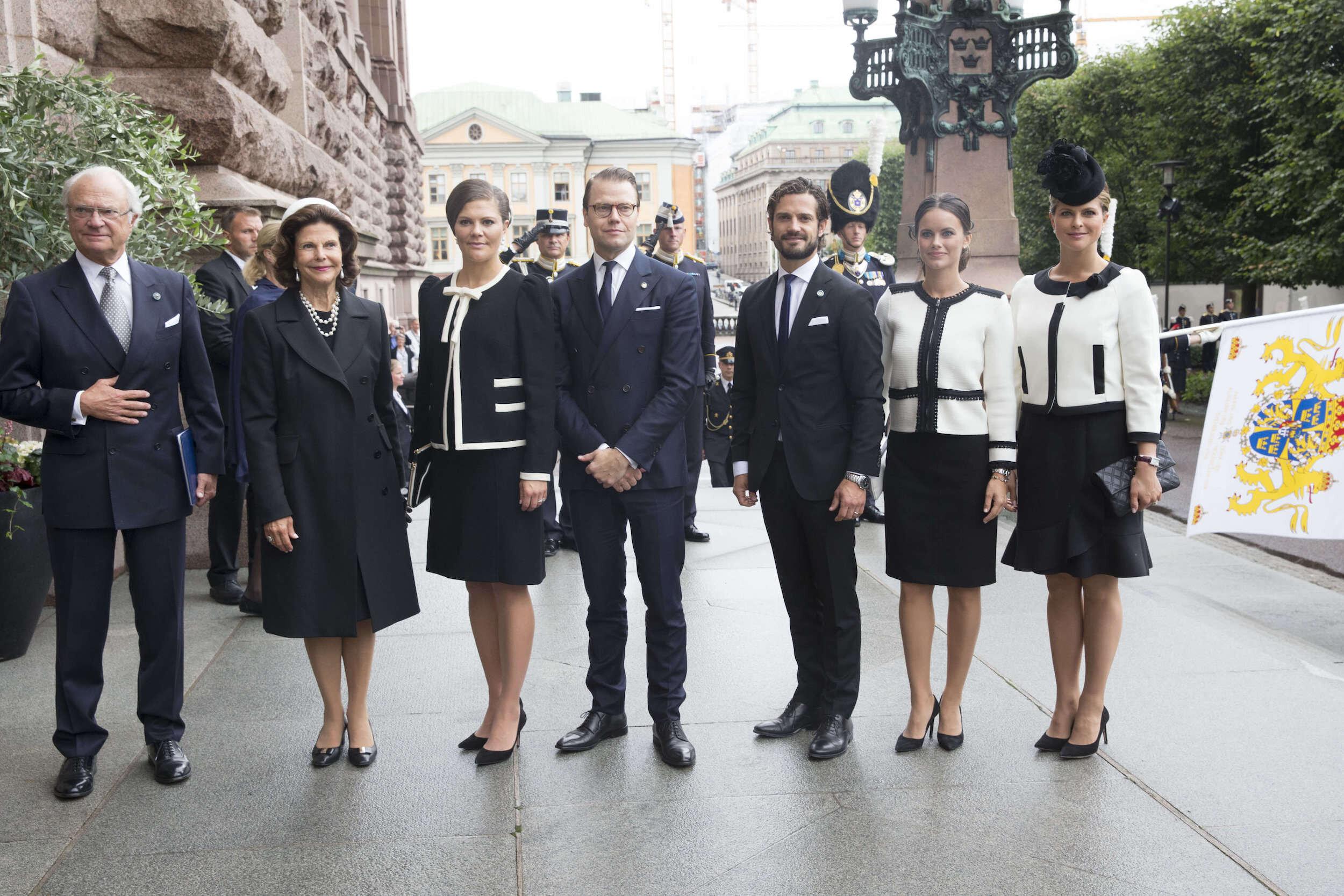 Prinzessin Madeleine (r.) und Prinzessin Sofia mit der schwedischen Königsfamilie.
