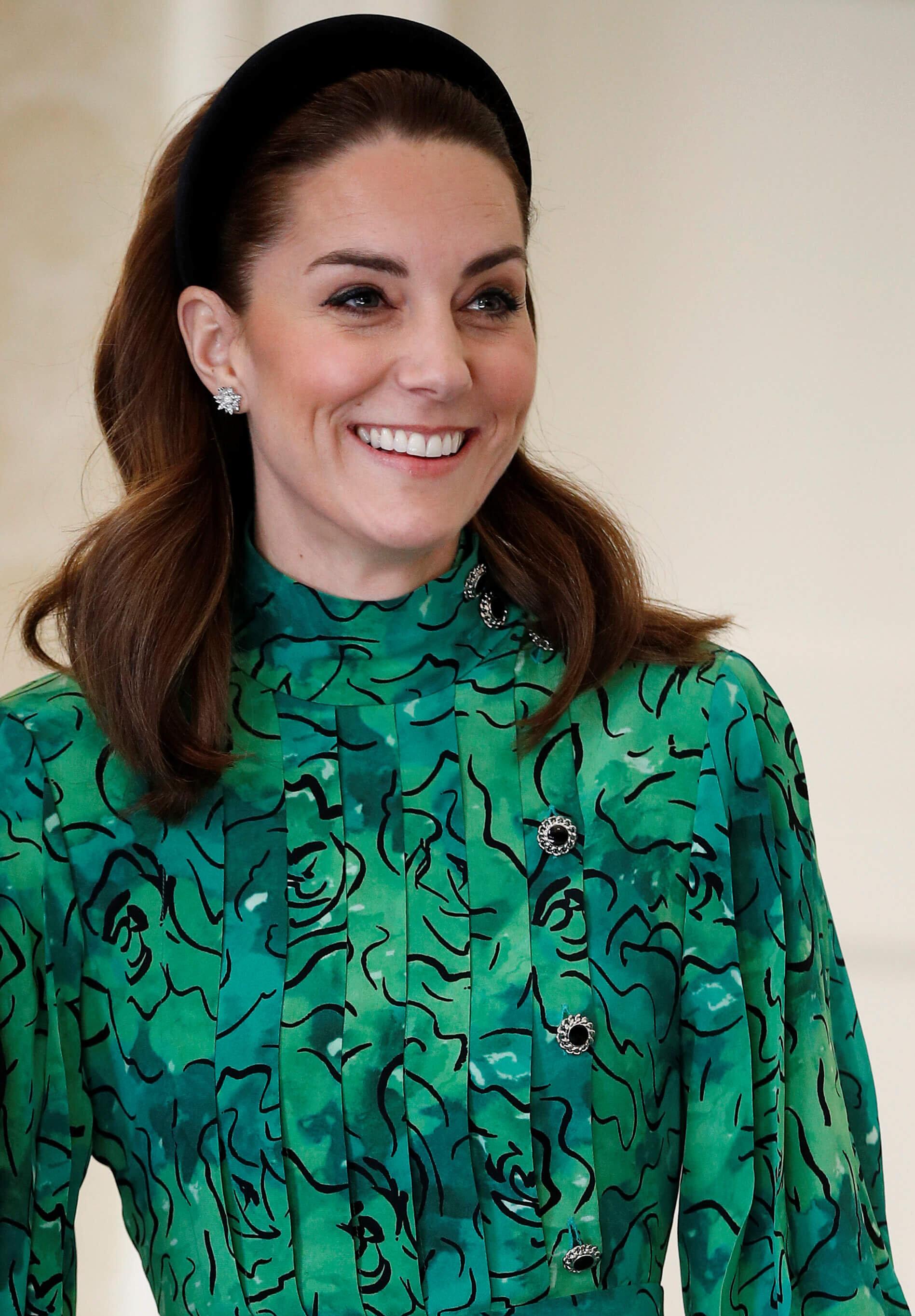 Bezaubernd: Herzogin Kate trägt ein Samt-Stirnband und Diamantohrringe von Asprey London. © picture alliance / empics