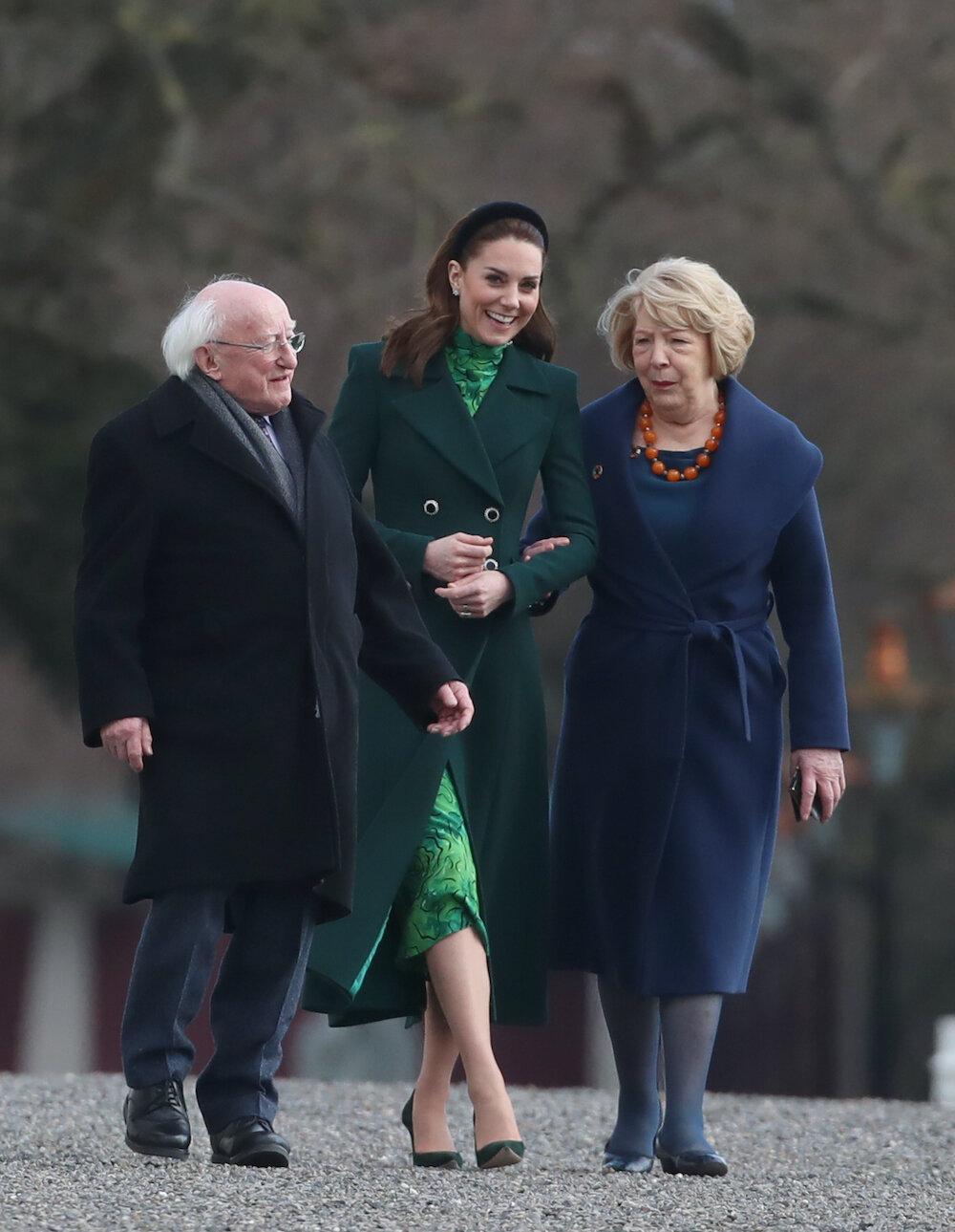 Herzogin Kate ließ ihren Charme spielen und verzauberte Präsidentengattin Sabrina Higgins. © picture alliance / empics