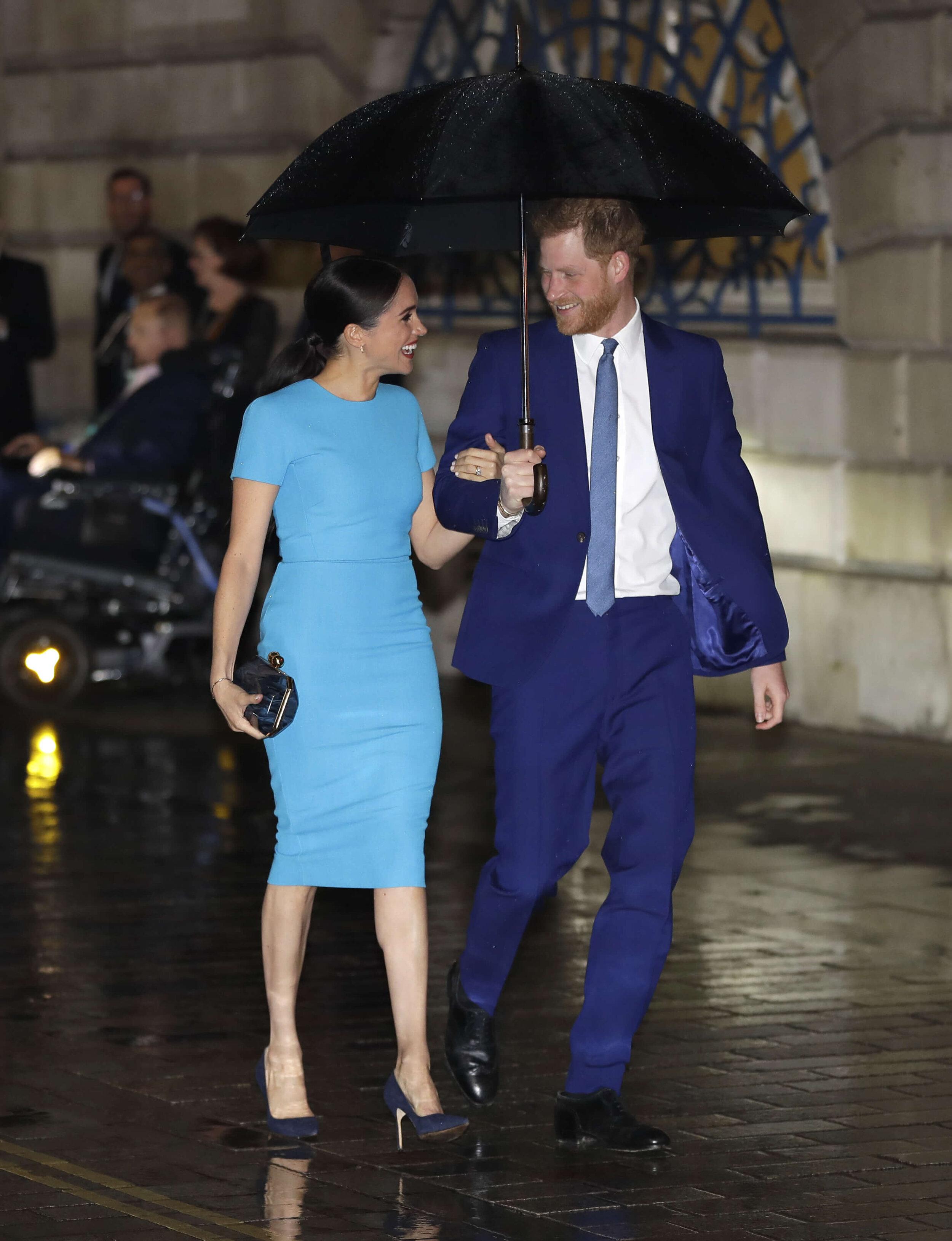 Herzogin Meghan trug ein hellblaues Kleid von Designerin Victoria Beckham, eine Clutch von Stella McCartney und Pumps von Manolo Blahnik.  © picture alliance / AP Photo