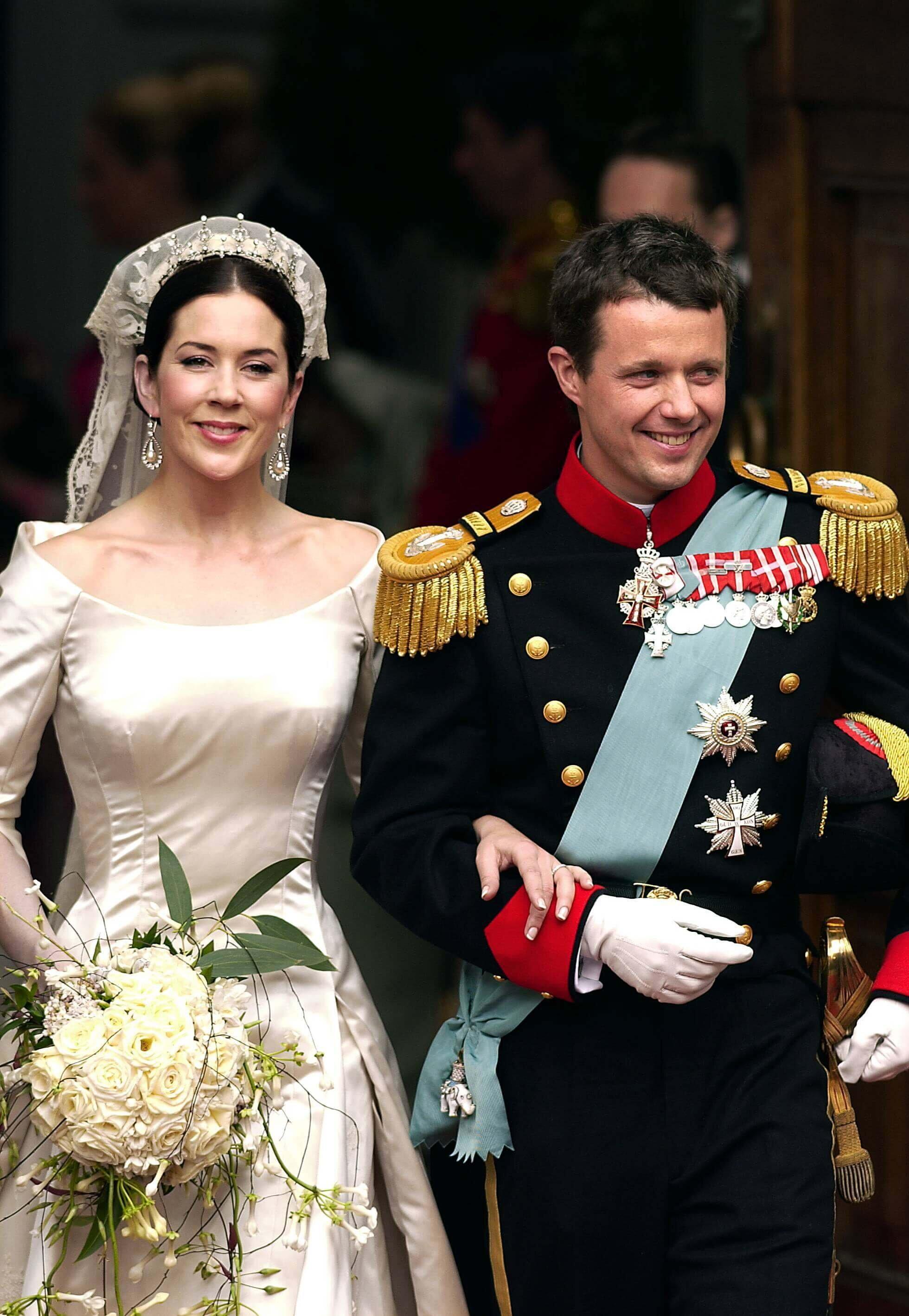 Kronprinzessin Mary trug ein Brautkleid des dänischen Designers Uffe Frank. Die Seidenrobe hatte ein rührendes Geheimnis. © picture alliance/Scanpix Denmark