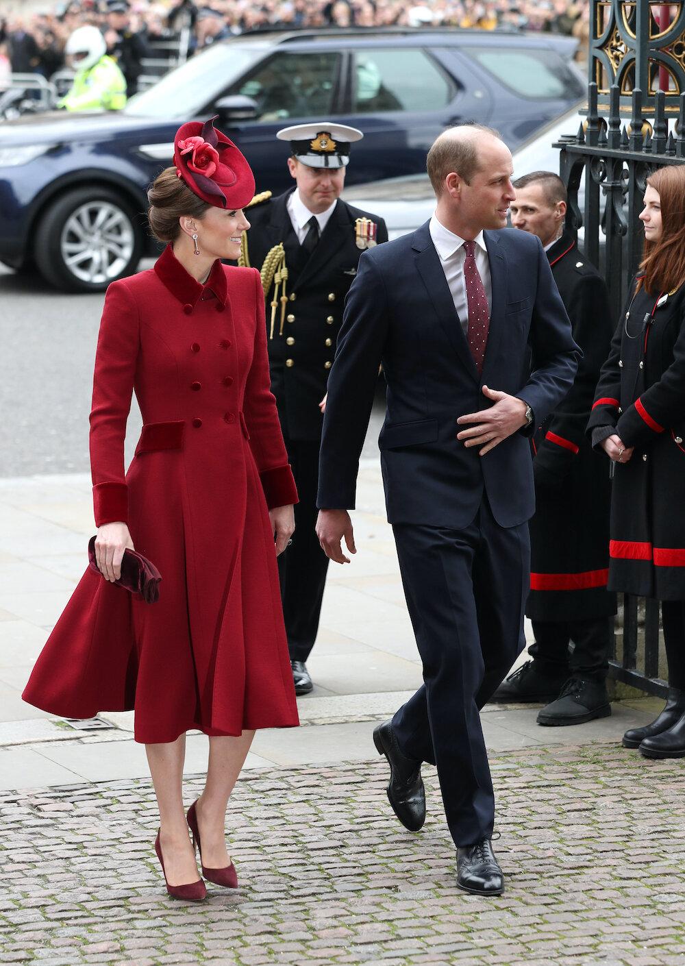 Herzogin Kate trug ein rotes Mantelkleid für den Gottesdienst. © picture alliance / empics