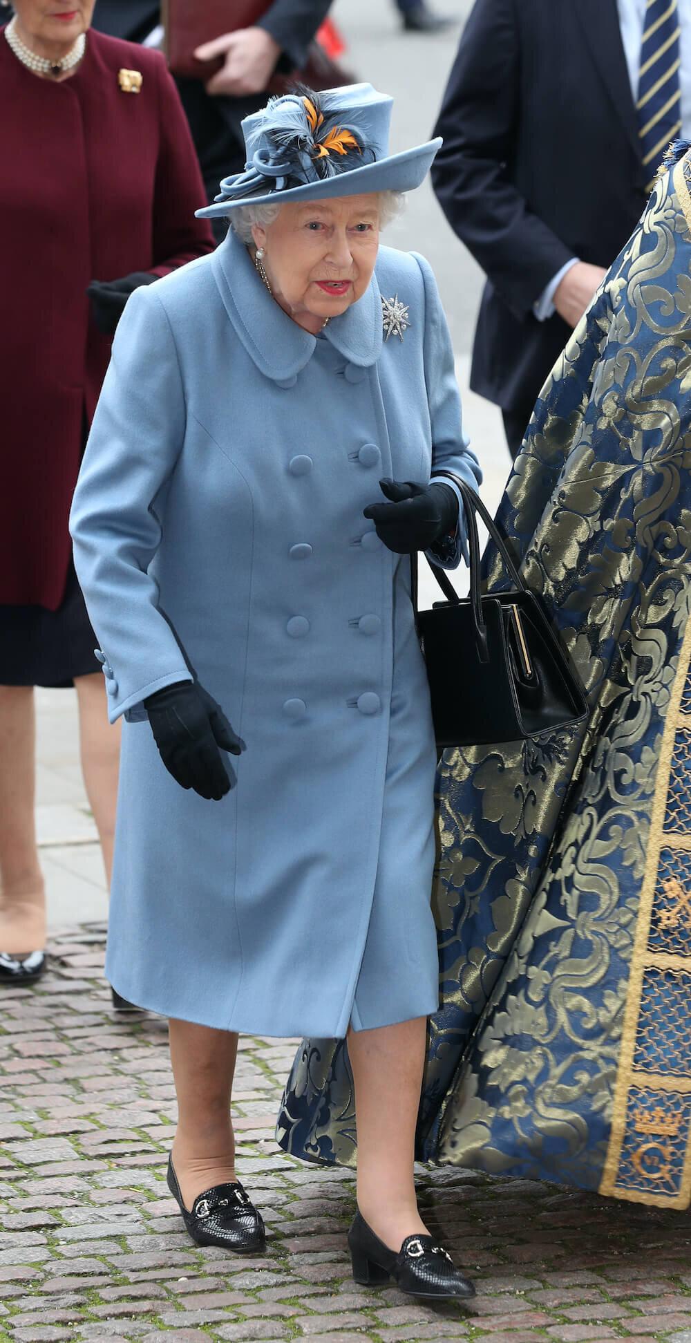 Queen Elizabeth wirkte etwas wackelig auf den Beinen.  © picture alliance / empics