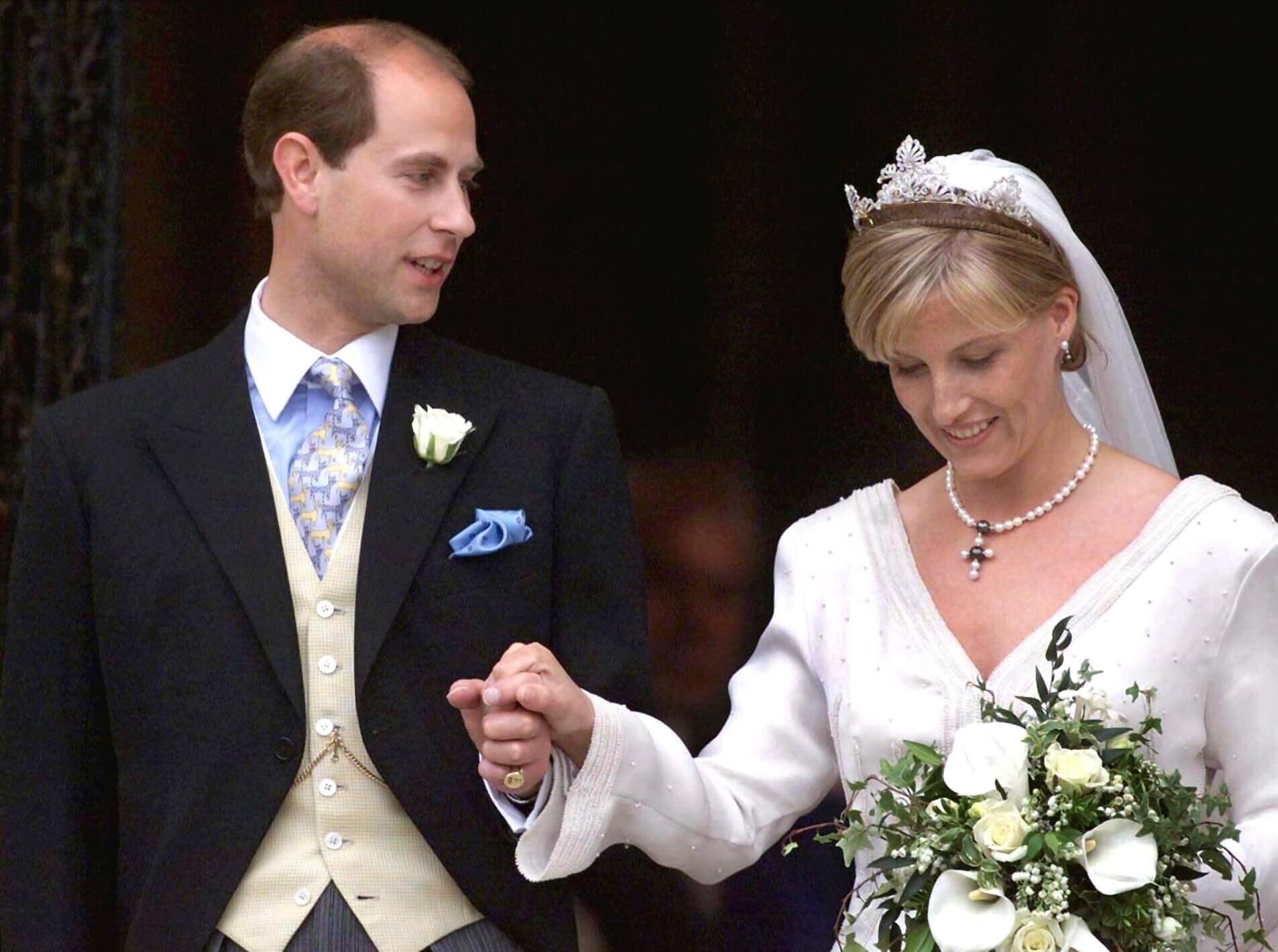 Prinz Edward hat eine Schwäche für Katzen-Krawatten. Nicht nur bei seiner eigenen Hochzeit trug er einen derartigen Schlips, sondern auch bei dem Jawort von Prinz Harry und Herzogin Meghan. © dpa - Fotoreport