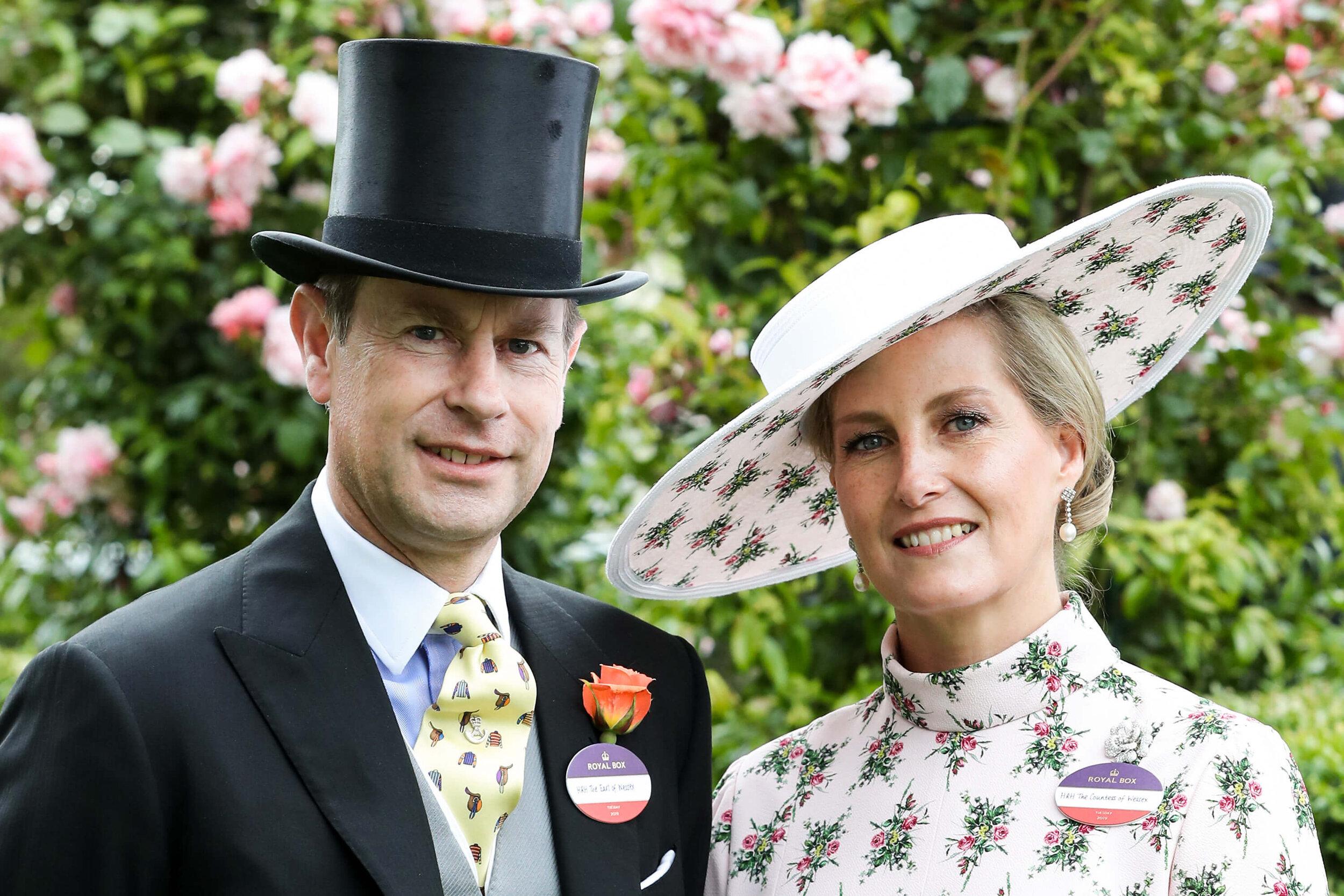 Diese Krawatte trägt Prinz Edward seit 2012 bisher jedes Jahr in Ascot. Da der Royal das Pferderennen aber oft mehrmals besucht, kann er auch noch seine anderen schrägen Krawatten zeigen. © picture alliance / empics