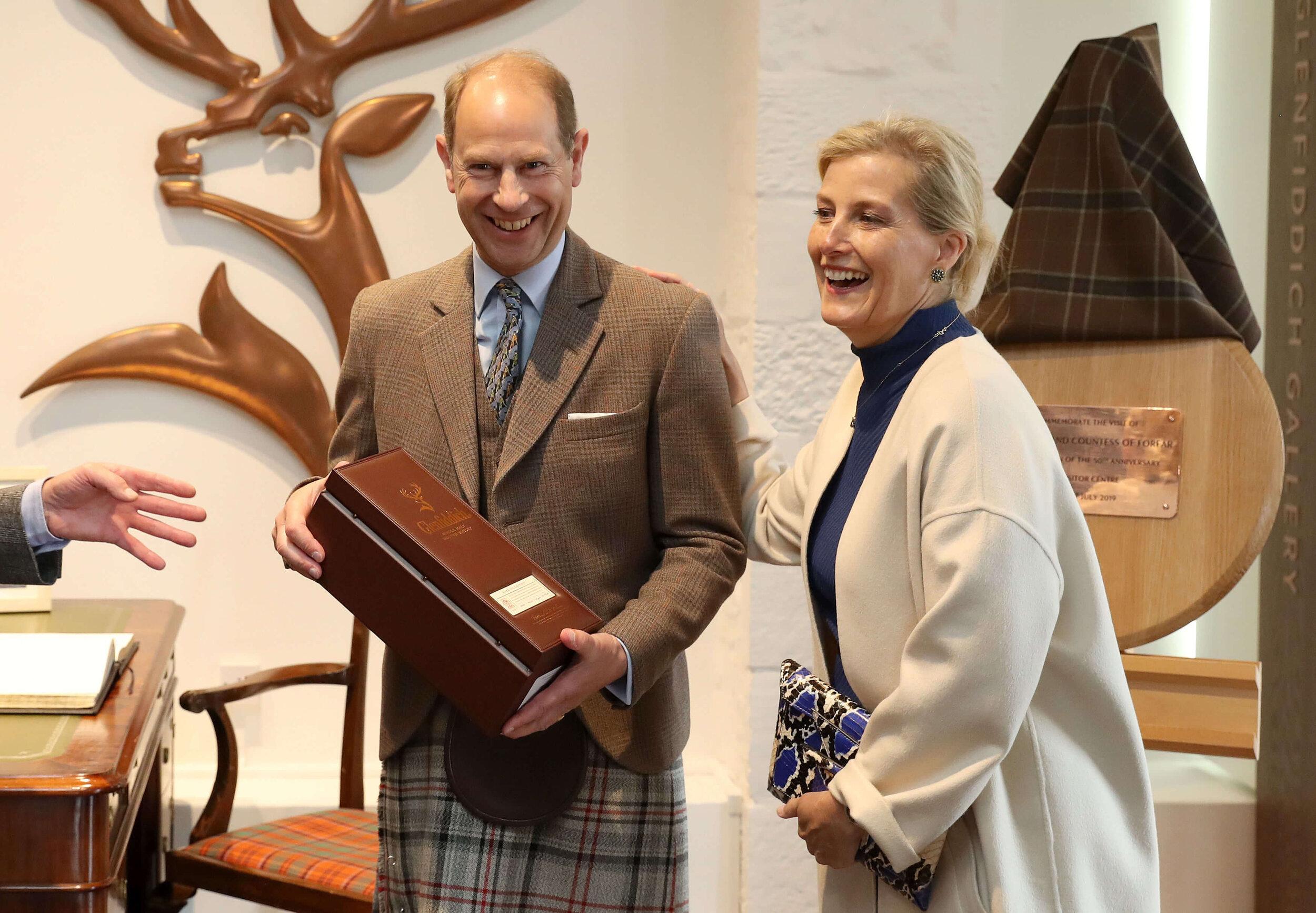 Obwohl Prinz Edward für seine Matador-Krawatte häufiger kritisiert wurde, trägt er sie immer noch gerne, wie hier beim Besuch einer Whisky-Brauerei im Jahr 2019. © picture alliance / empics