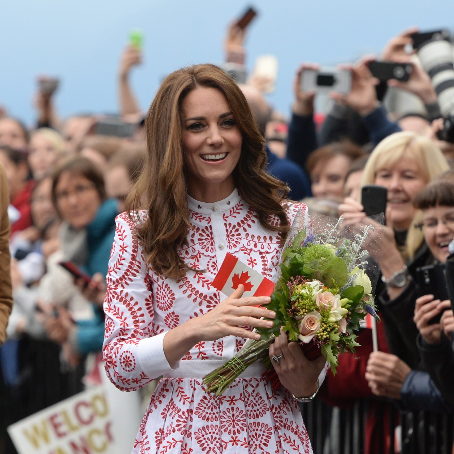 Fans warten oft stundenlang, um Royals wie Herzogin Kate aus der Nähe zu sehen. Doch warum sind sie so fasziniert von den Blaublütern?  © picture alliance / AP Photo