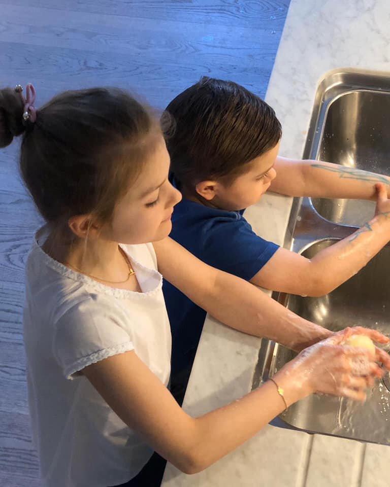 Prinzessin Estelle und Prinz Oscar waschen sich gründlich die Hände. Vor allem Kronprinzessin Victorias Sohn muss ordentlich schrubben, um die Farbe von seinen Armen abzubekommen.  © Kronprinzessin Victoria