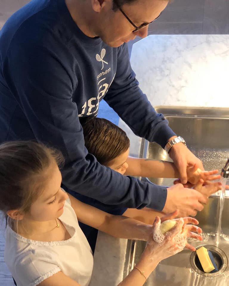 Prinz Daniel unterstützt seinen Sohn, damit seine Hände auch wirklich sauber werden.  © Kronprinzessin Victoria
