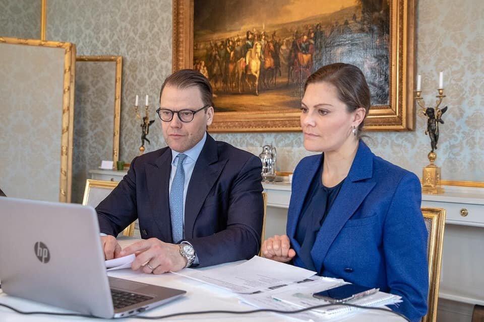 Prinz Daniel und Kronprinzessin Victoria sprechen mit verunsicherten Unternehmern.  © Victor Ericsson/Kungl. Hovstaterna