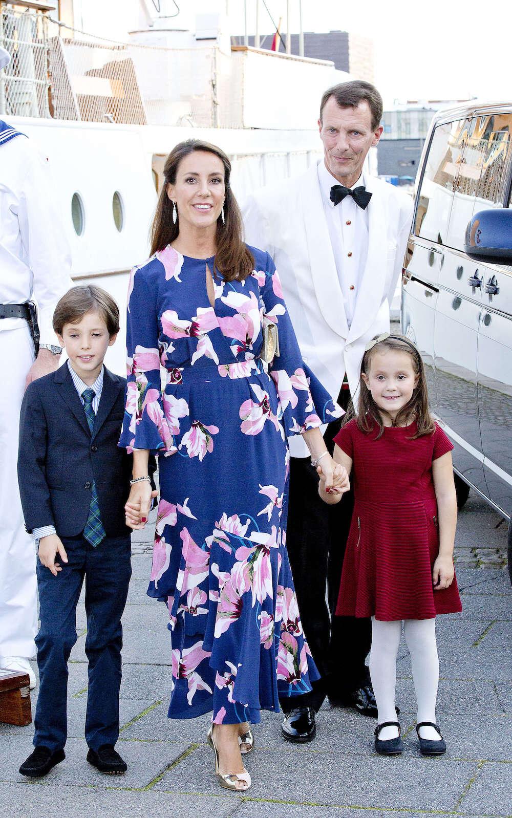 Prinz Joachim mit seiner zweiten Ehefrau Prinzessin Marie und den gemeinsamen Kindern Henrik und Athena.  © dpa