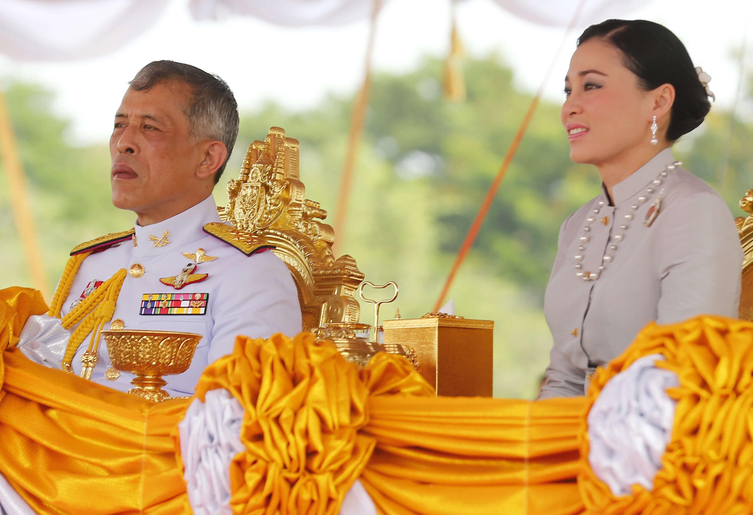König Rama X. und Königin Suthida müssen wohl aus der Ferne Abschied von Prinzessin Prapapan Bhanubandhu nehmen. Beide sind aktuell immer noch in Deutschland und werden vermutlich nicht so schnell zurück nach Thailand reisen.  © picture alliance/ZUMA Press