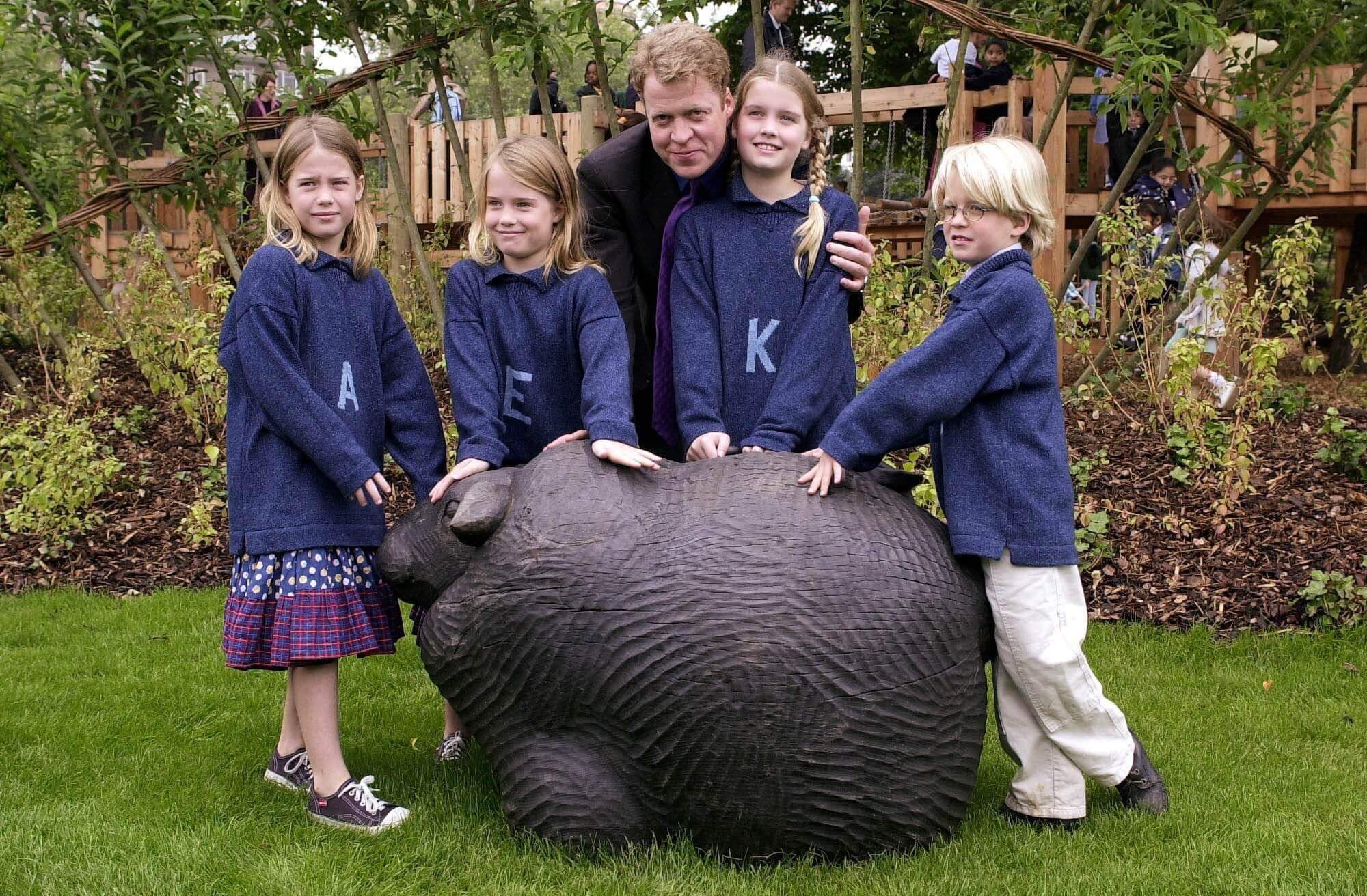 Louis (r.) mit seinen Zwillingsschwestern Amelia und Eliza, Schwester Kitty und Papa Charles Spencer. © picture alliance / AP Images