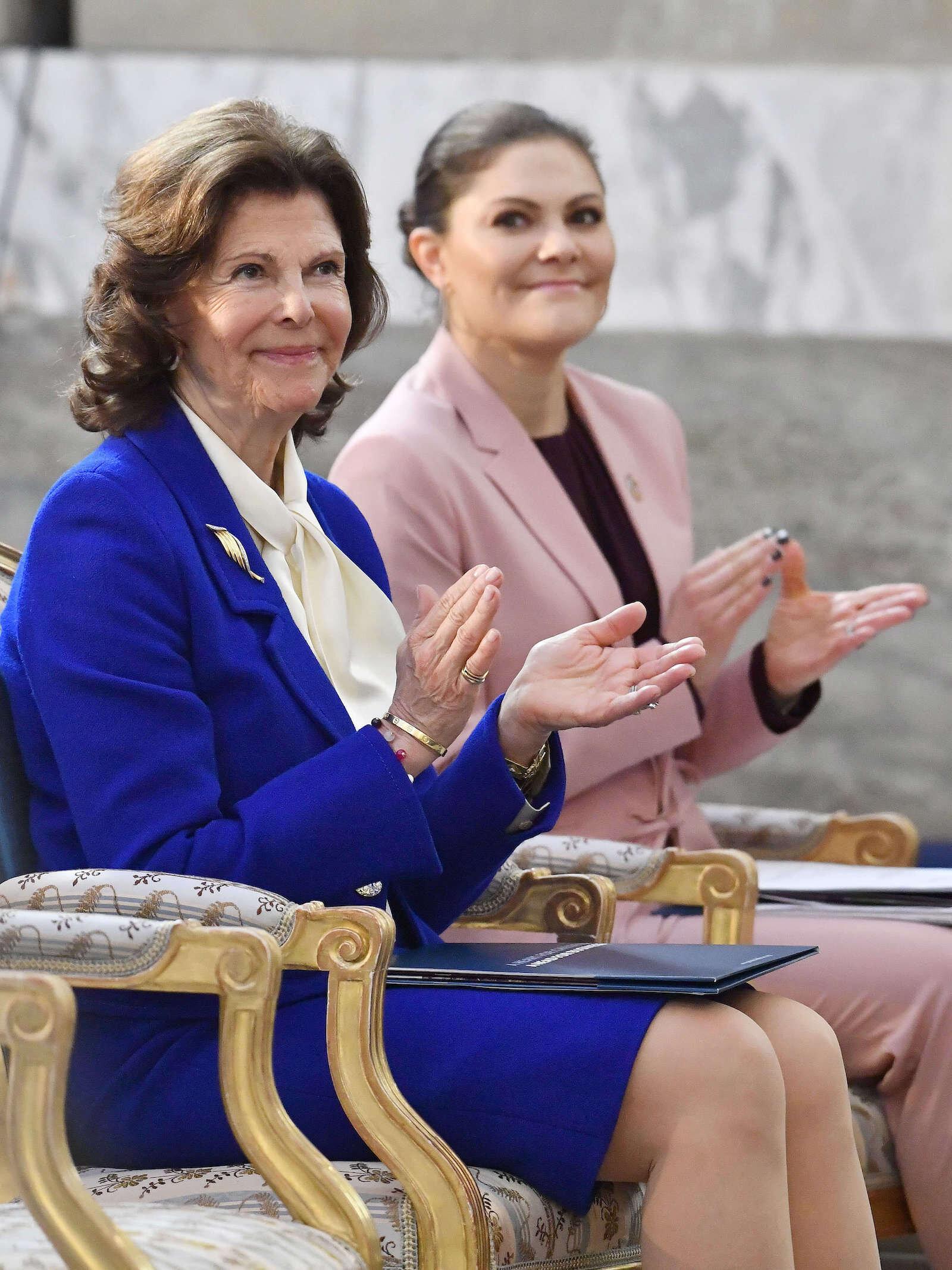 Es ist kein Zufall, dass Königin Silvia und Kronprinzessin Victoria nie dieselbe Farbe tragen, wie sie nun in einer neuen Dokumentation verraten. © picture alliance/IBL Schweden