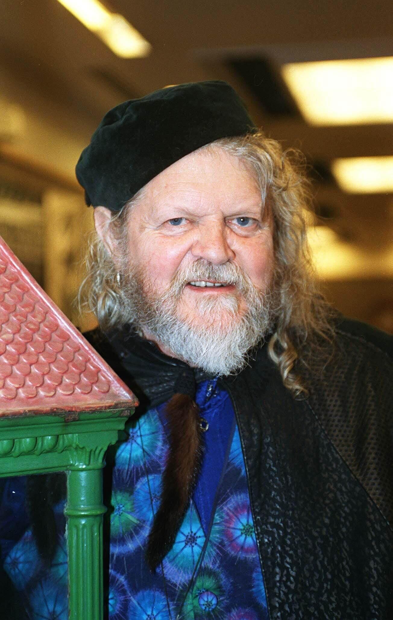 """Der britische Adlige Lord Bath war Politiker, Künstler sowie Autor. Er starb an den Folgen des Coronavirus. Zeitlebens hatte der bekennende Polygamist 74 """"Ehefrauen"""" und sprach ausführlich über sein Sexleben. © picture alliance / Photoshot"""