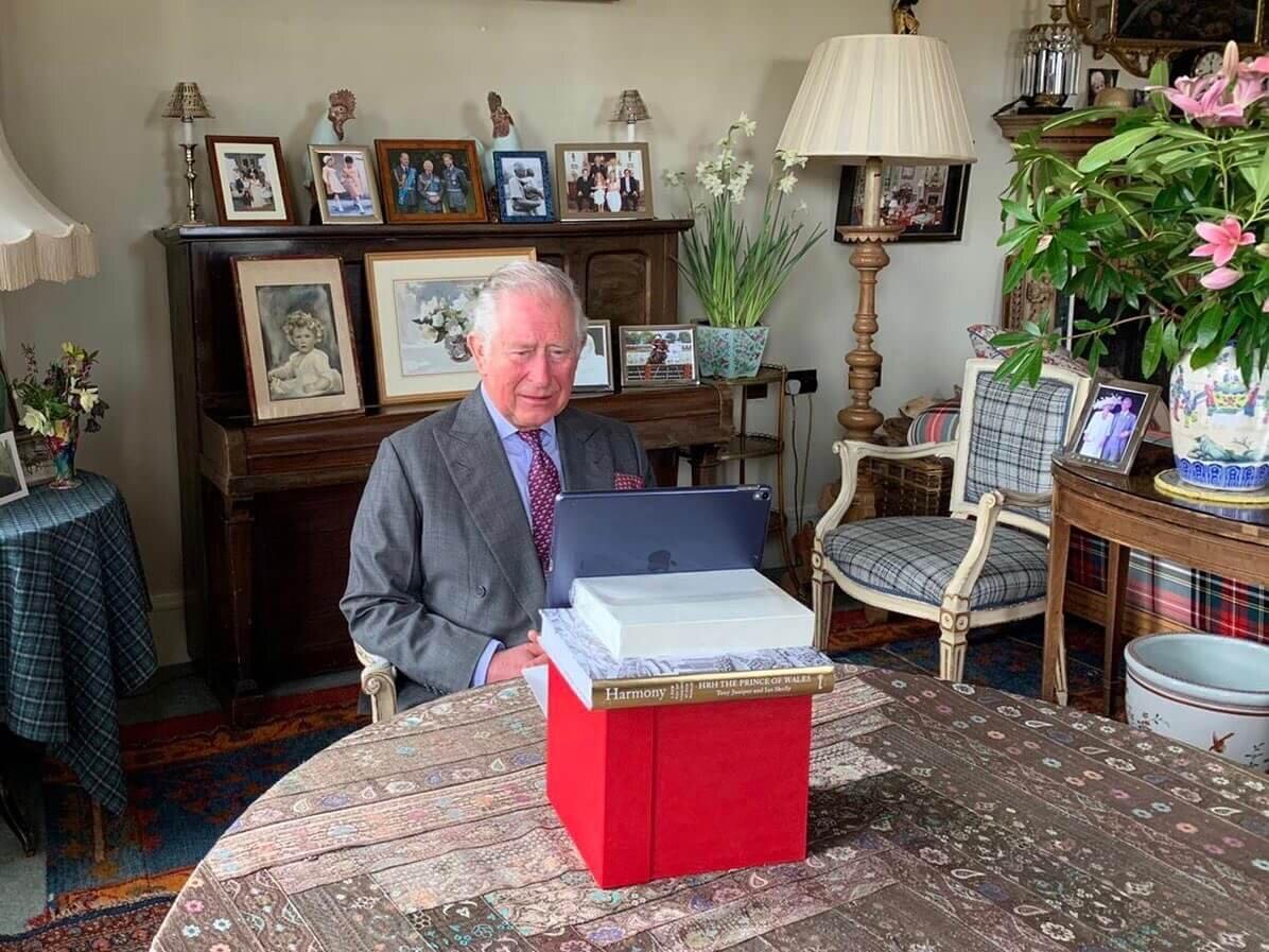Rechts neben dem Kopf von Prinz Charles sieht man einen Bilderrahmen, der lediglich die Silhouette einer Person zeigt. Ist es Diana? © Clarence House