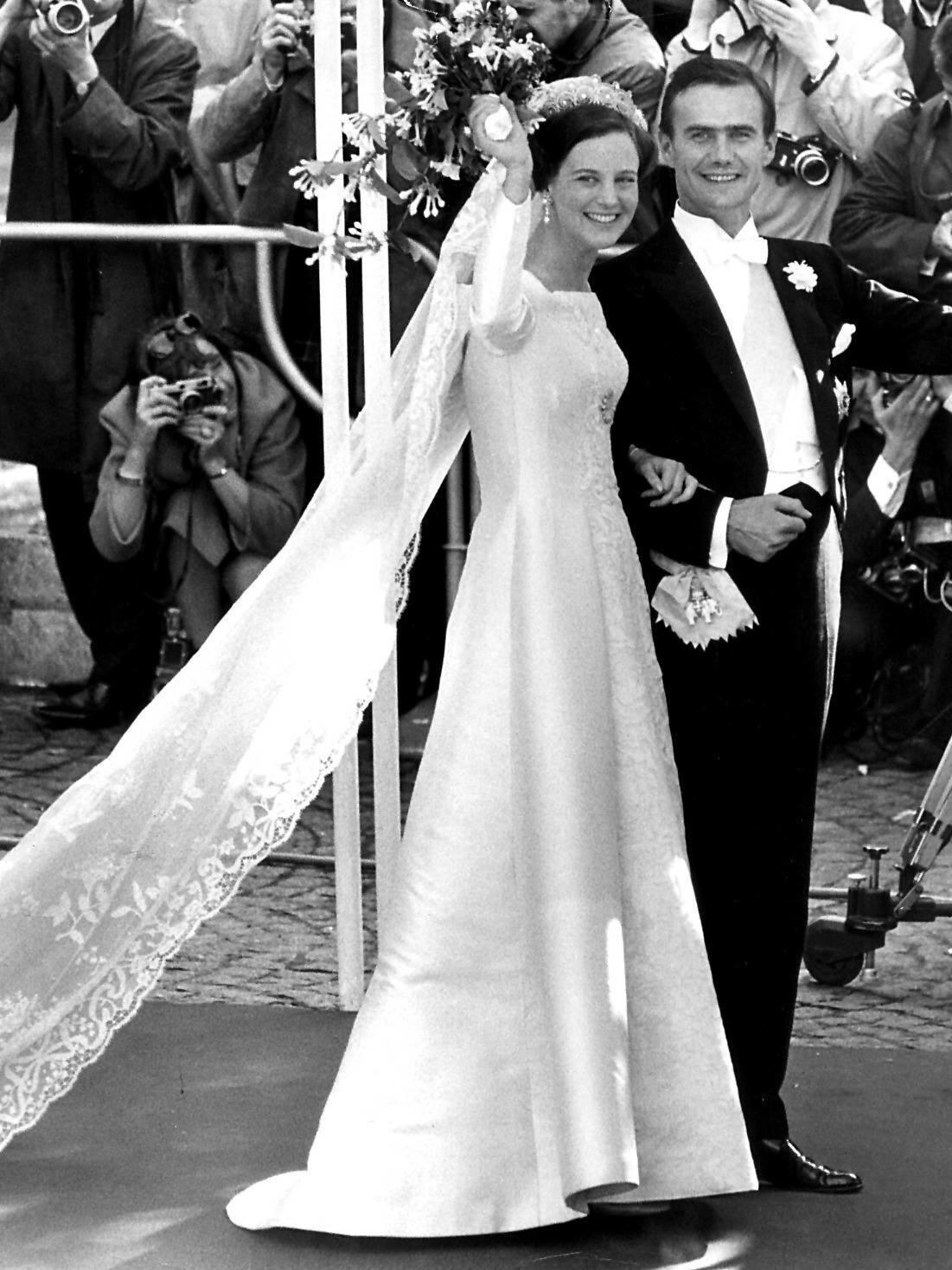 Am 10. Juni 1967, einen Tag vor dem 33. Geburtstag des Bräutigams, läuteten die Hochzeitsglocken für Margrethe und Henri. Die Braut trug ein Kleid aus Seide und Spitze. Besonderer Hingucker war die Gänseblümchenbrosche (unterhalb der Brust), die sie von ihrer Großmutter Margareta stammte.  © picture alliance/Scanpix Denmark