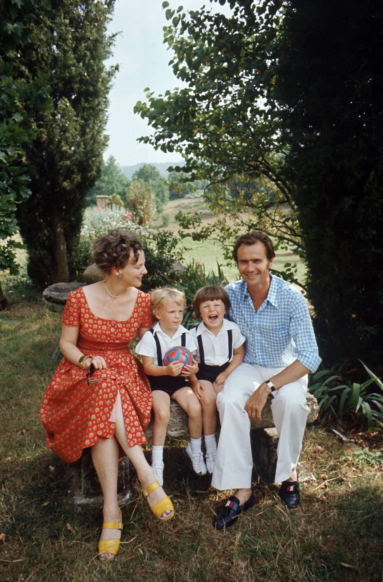 Die Bilder trügen: Kronprinz Frederik und Prinz Joachim sehen ihre Eltern kaum. Königin Margrethe ist kein mütterlicher Typ.  © picture alliance/Scanpix Denmark