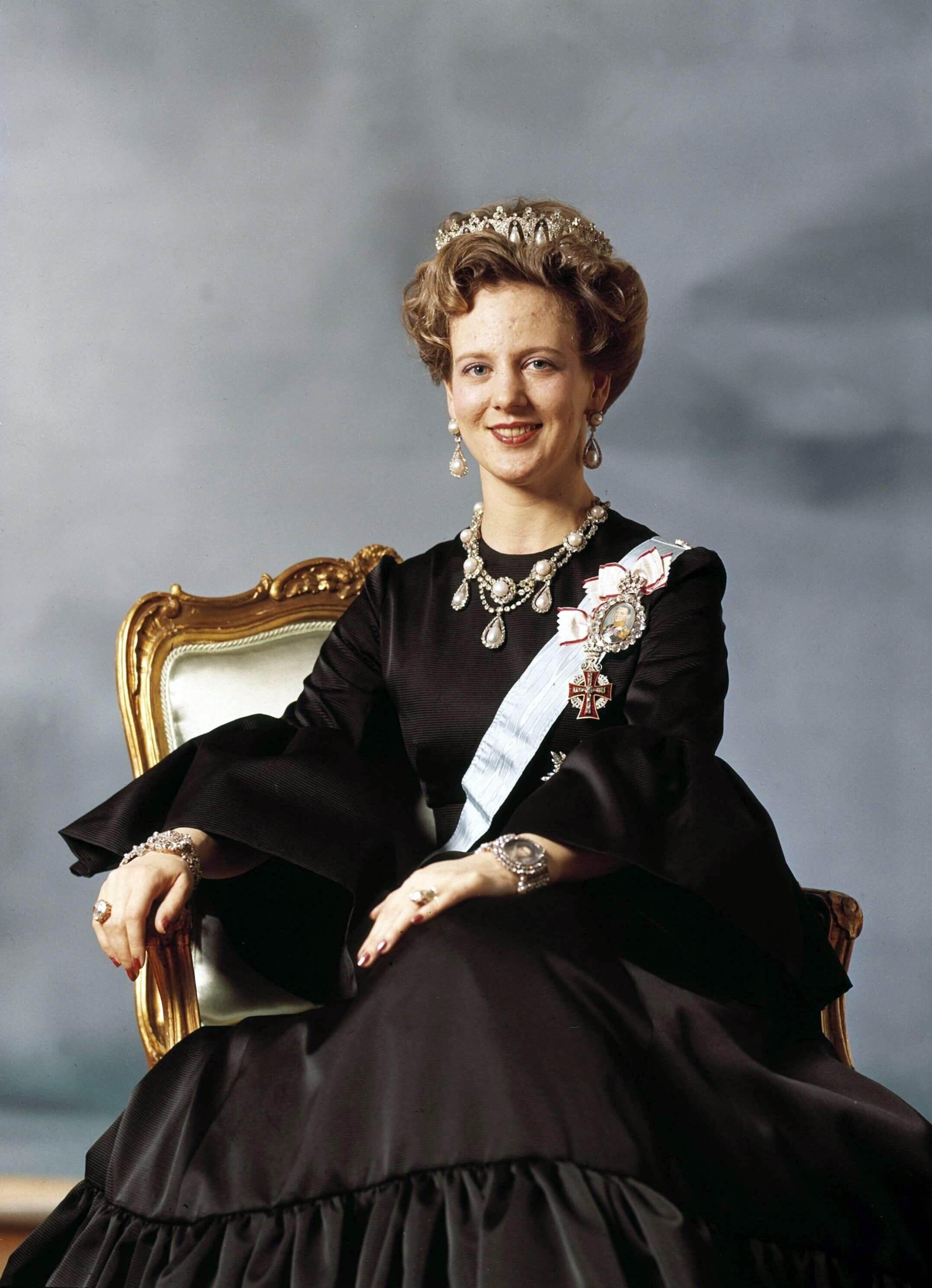 """Das erste offizielle Bild als Königin. Margrethe entscheidet sich bei ihrem Amtsantritt für den Wahlspruch: """"Gottes Hilfe – Die Liebe des Volkes – Dänemarks Stärke.""""  © dpa"""
