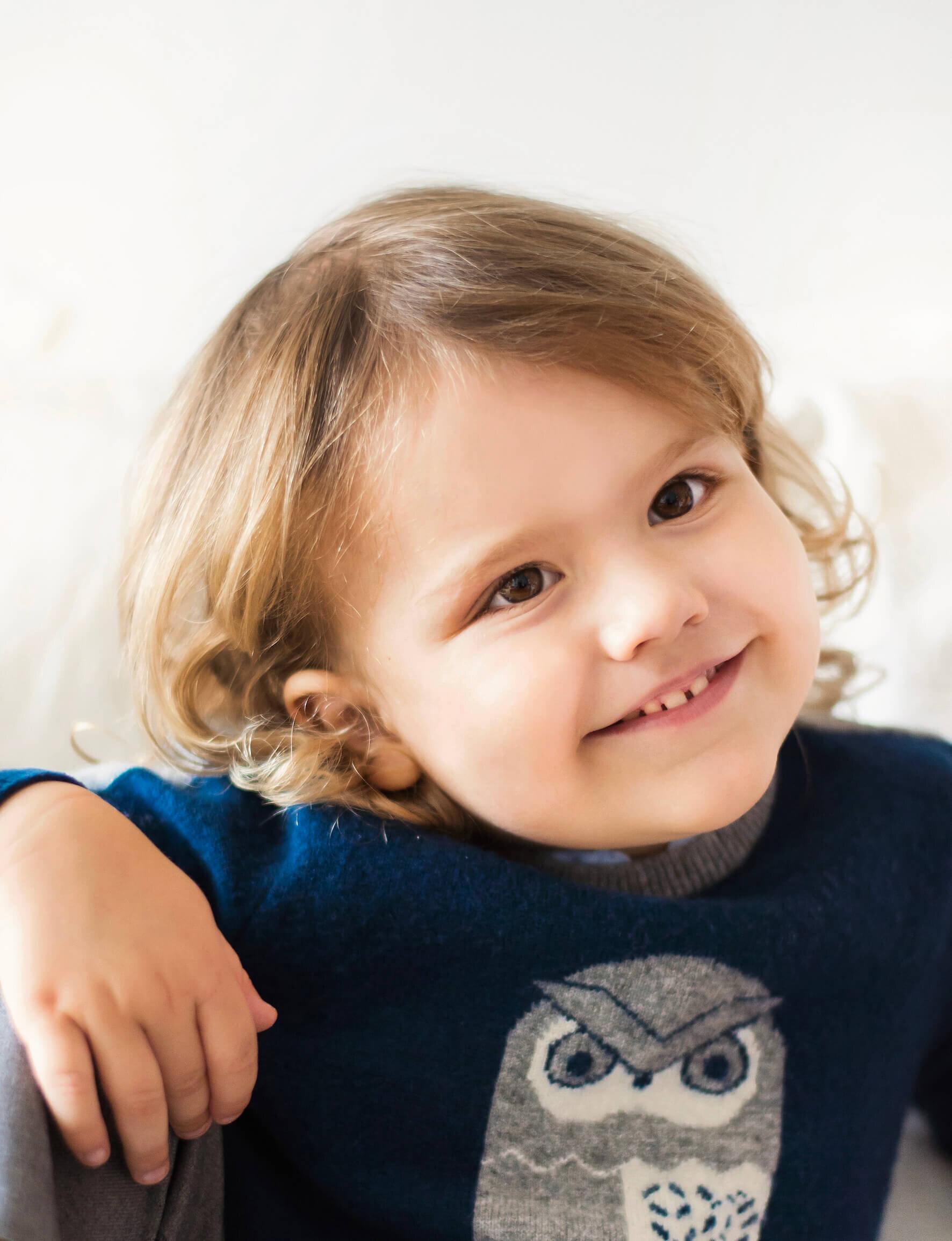 Das offizielle Geburtstagsfoto von Prinz Alexander zum dritten Geburtstag: Mit seinen großen braunen Augen, den süßen Locken und dem Zahnlückenlächeln ist Prinz Alexander wirklich ein kleiner Charmebolzen. ©Josefine Persson, The Royal Court of Sweden.